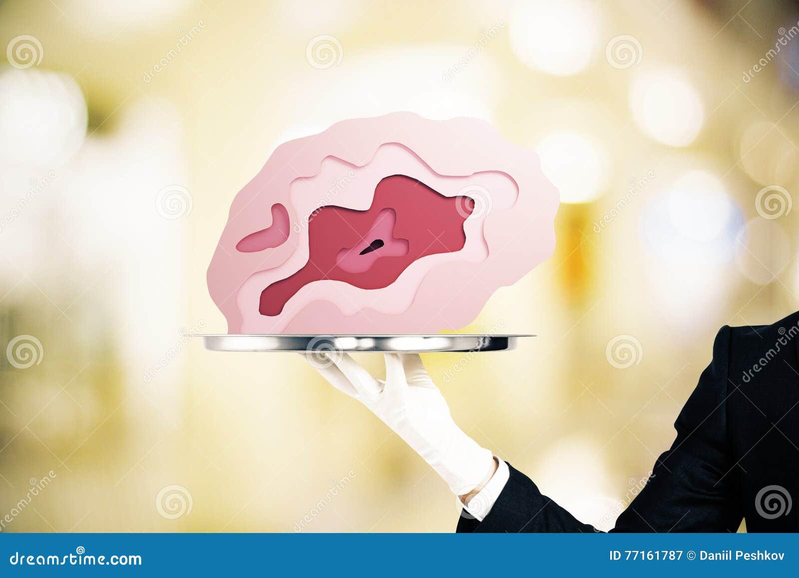 Plateau avec le cerveau sur le fond trouble