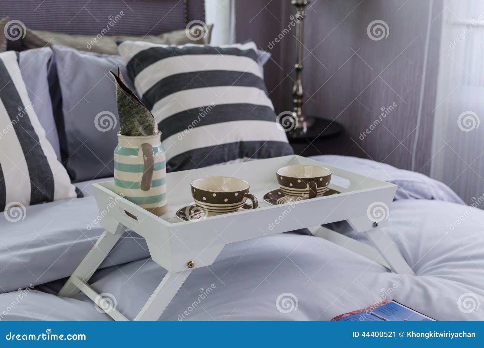 plateau blanc en bois de service th sur le lit photo stock image 44400521. Black Bedroom Furniture Sets. Home Design Ideas