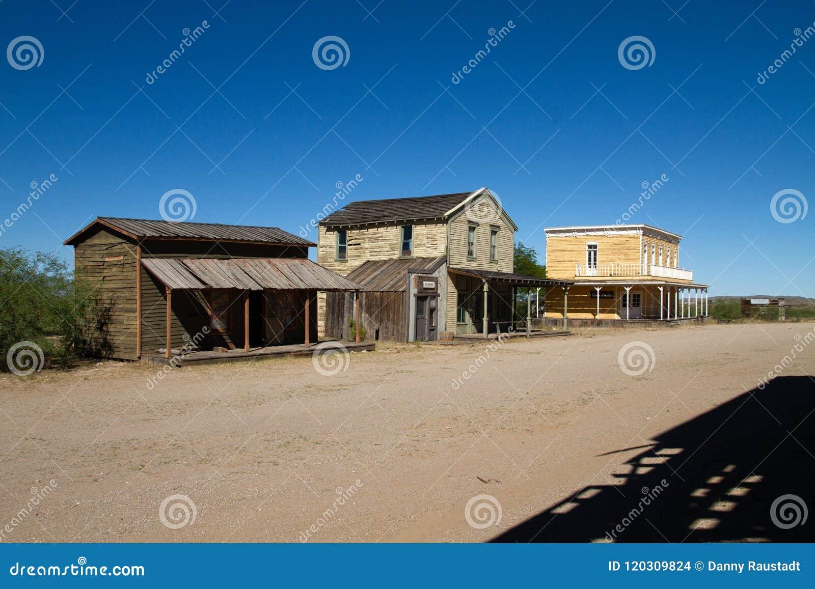 Plateau de filmagem ocidental selvagem velho da cidade no Mescal, o Arizona