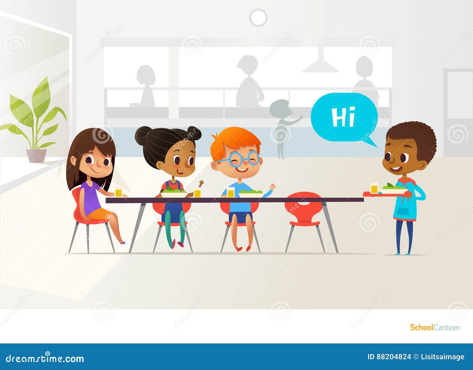 Plateau de transport de nouvel élève de la nourriture et des camarades de classe de salutation s asseyant à la table dans la cant