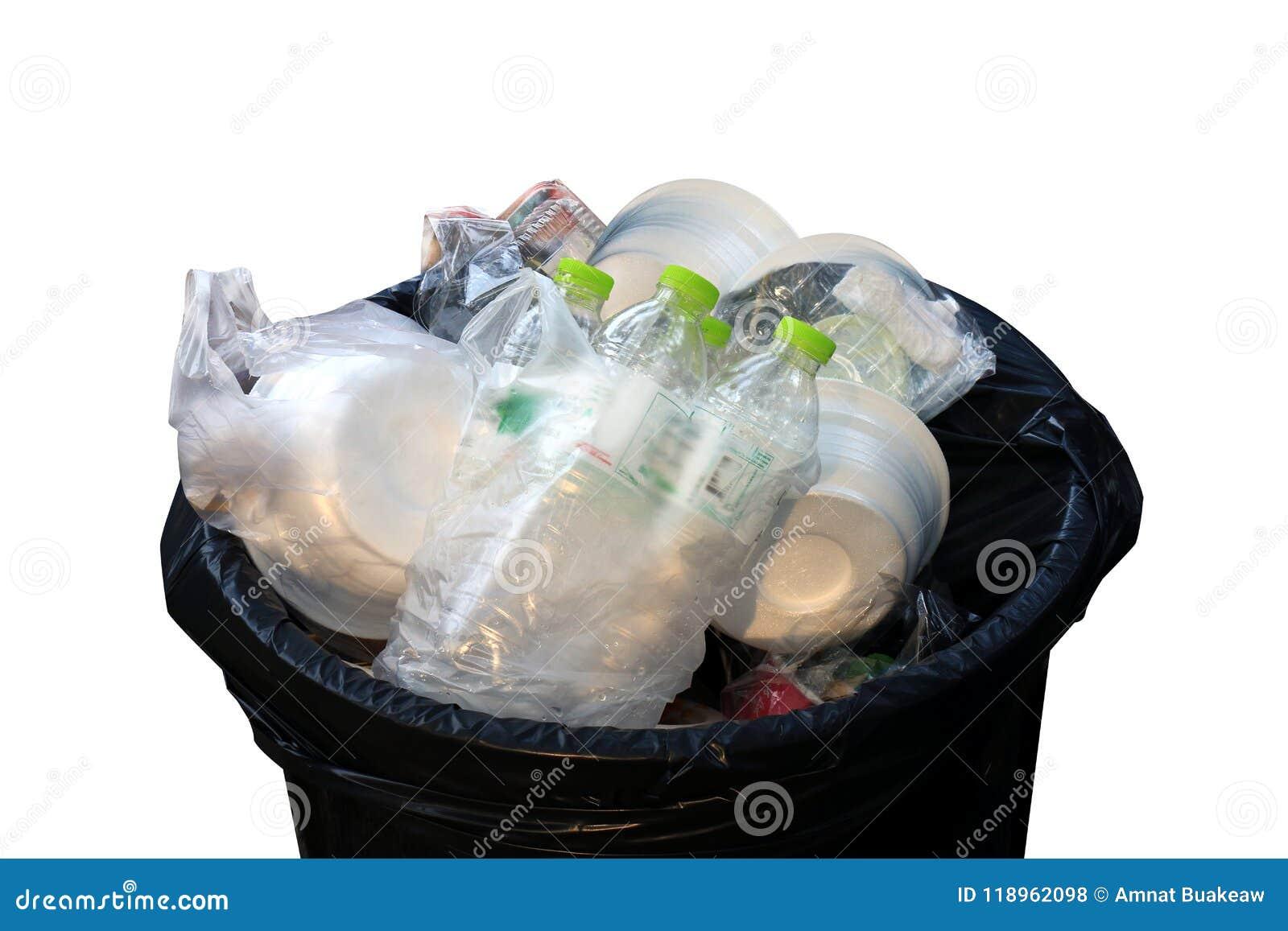 Plateau en plastique de poubelle, d ordure, de sac de déchets, de bouteilles de déchets et de mousse en plan rapproché de vue sup