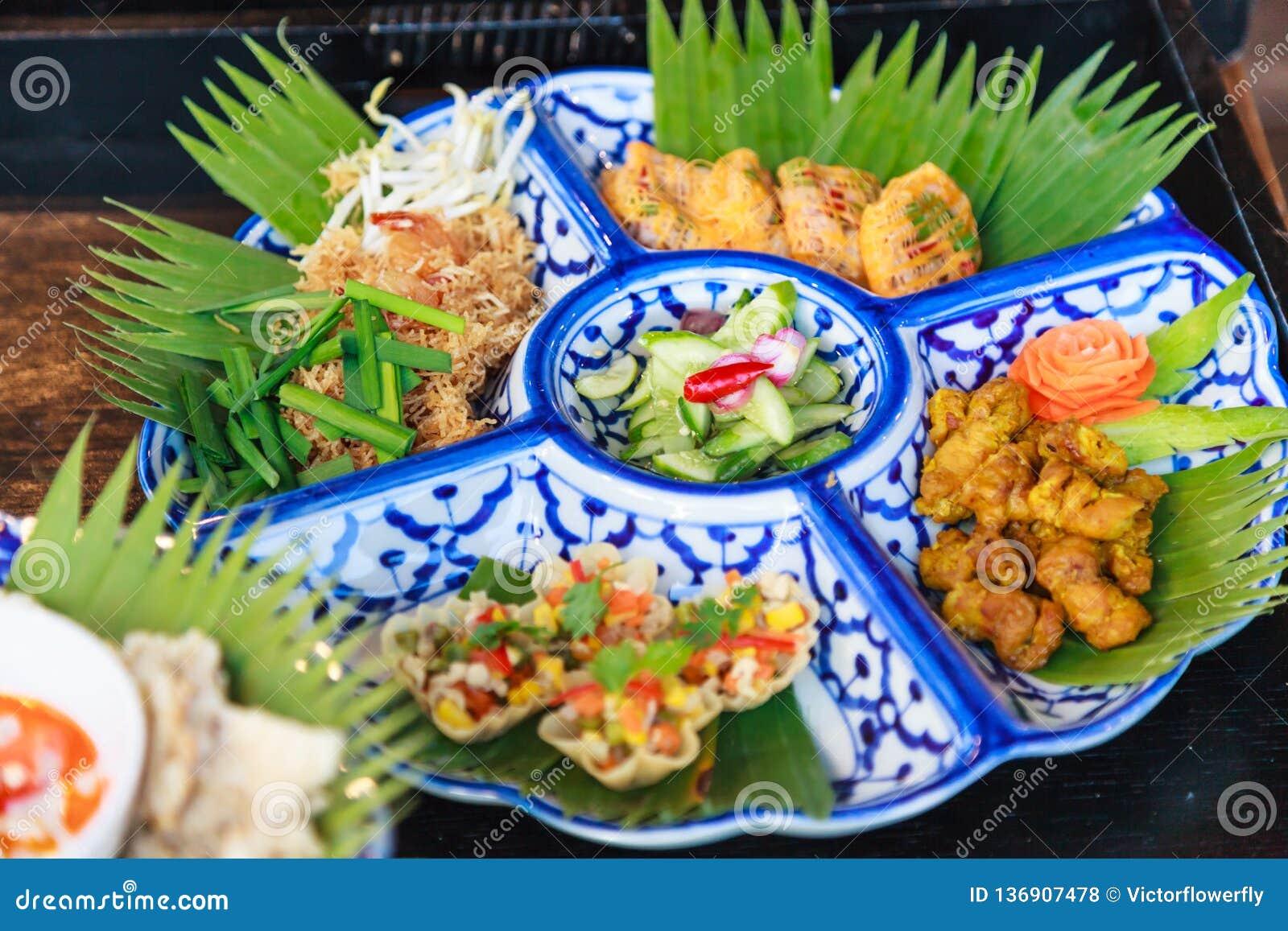 Plateau focalisé sélectif de nourriture de cuisine de la Thaïlande ; Nouilles de riz croustillantes thaïlandaises traditionnelles