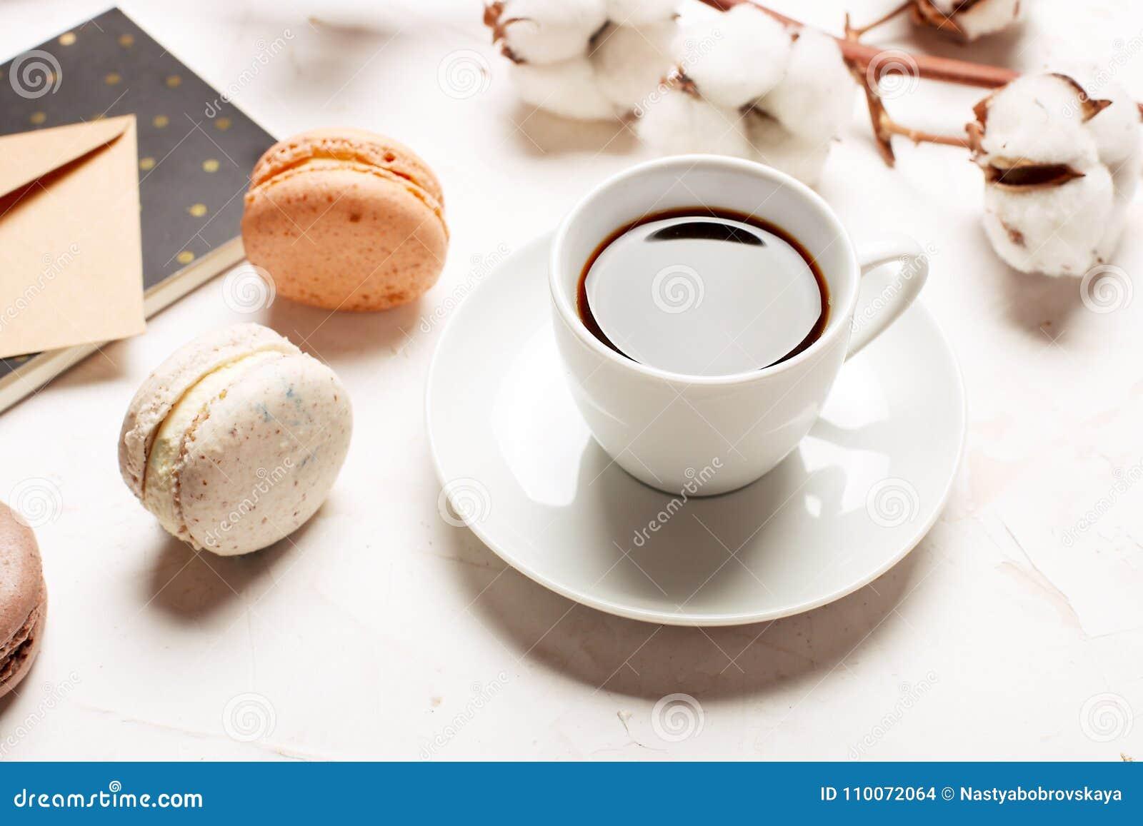 Plateau français traditionnel de biscuits de dessert de macarons de canneberge de chocolat de caramel d amande sur le fond textur