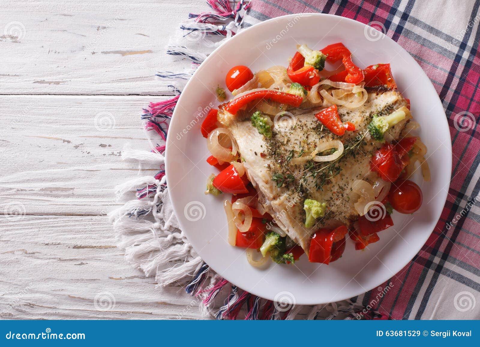 Platija cocida con las verduras estacionales visión superior horizontal