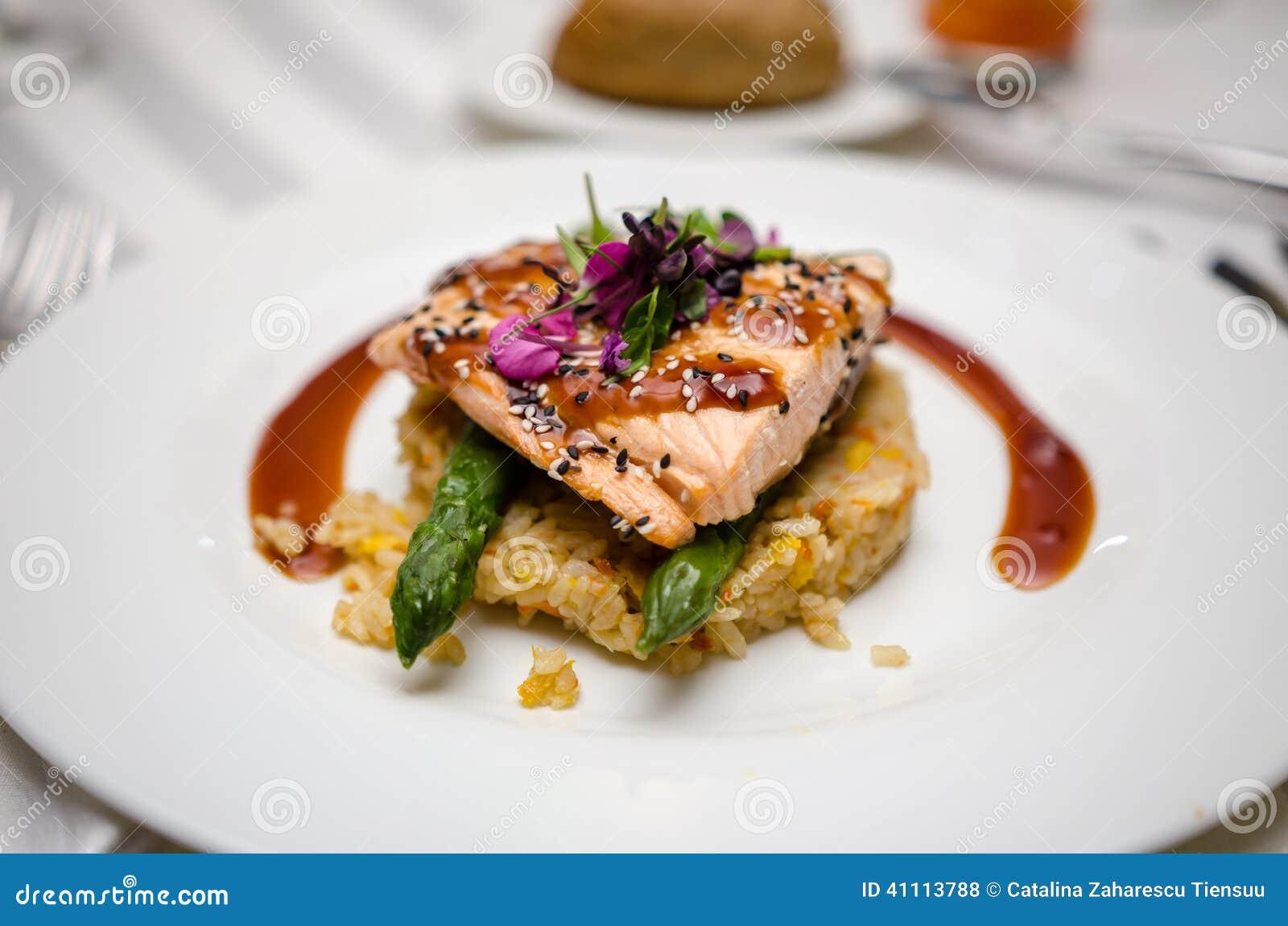 Plato de color salmón