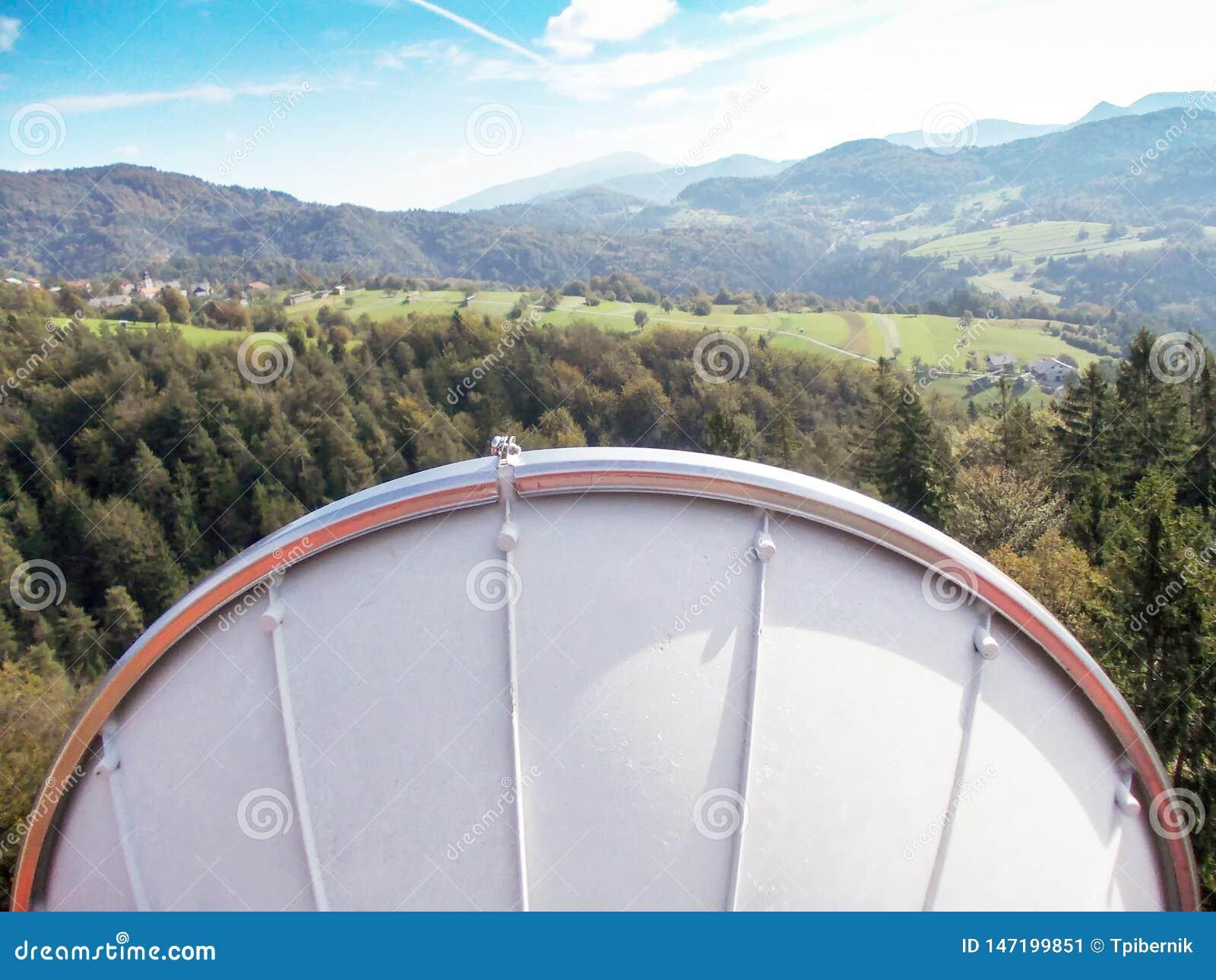 Plato de la antena de la transmisi?n del v?nculo de microonda en una torre celular del metal de la red de la telecomunicaci?n