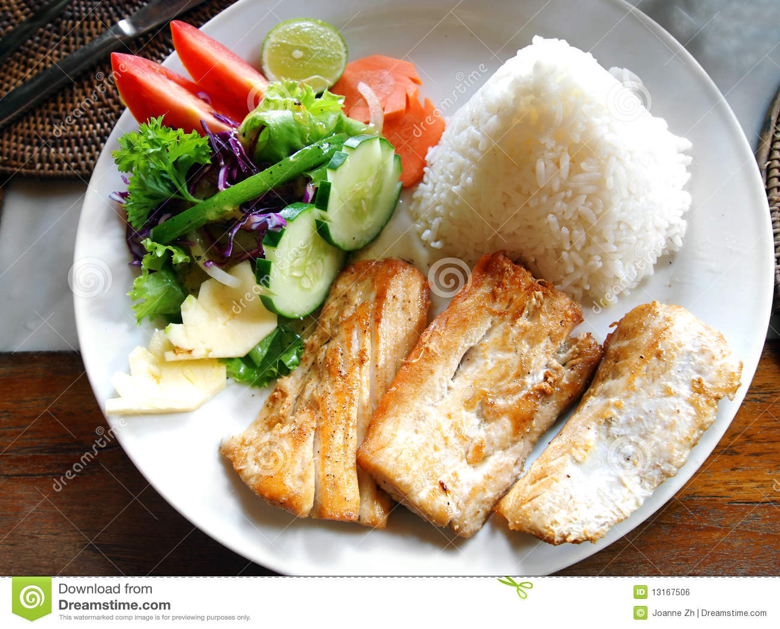Plato de pescados con la ensalada lateral vegetal