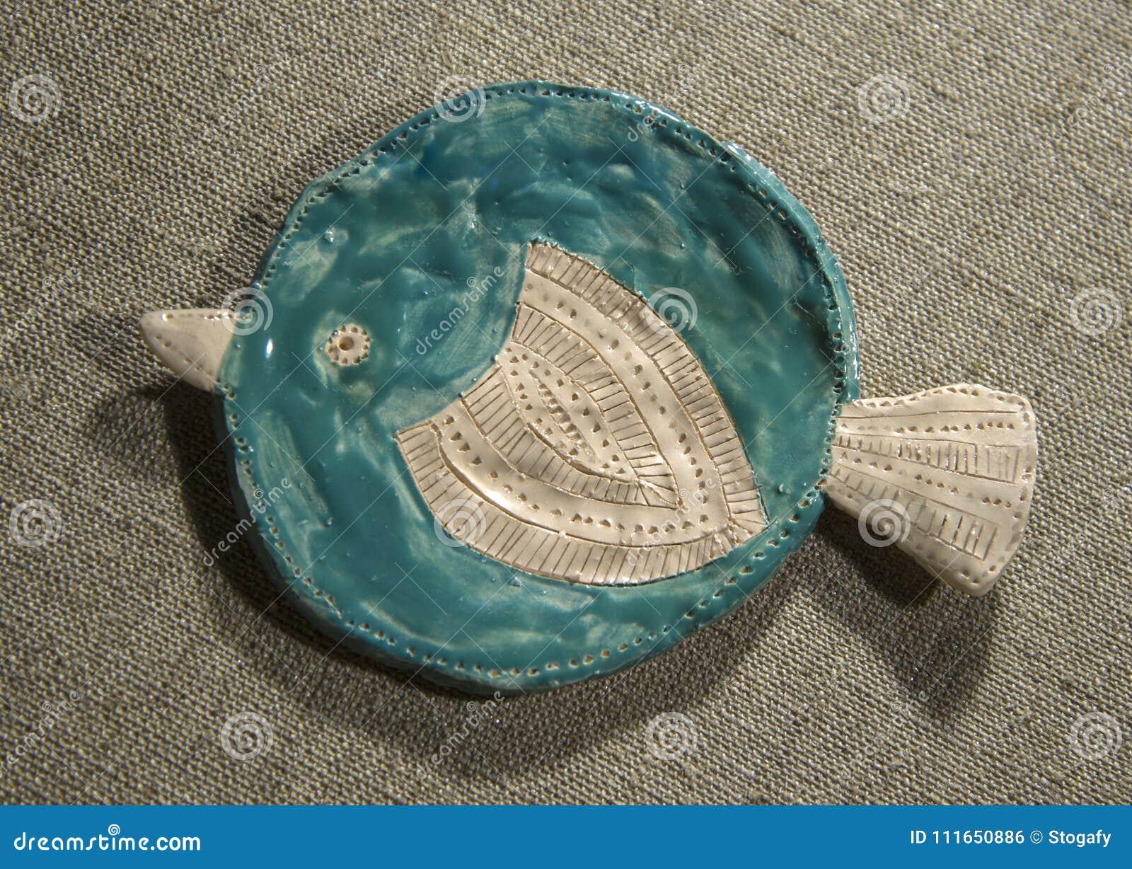 Plato de pescados de la arcilla