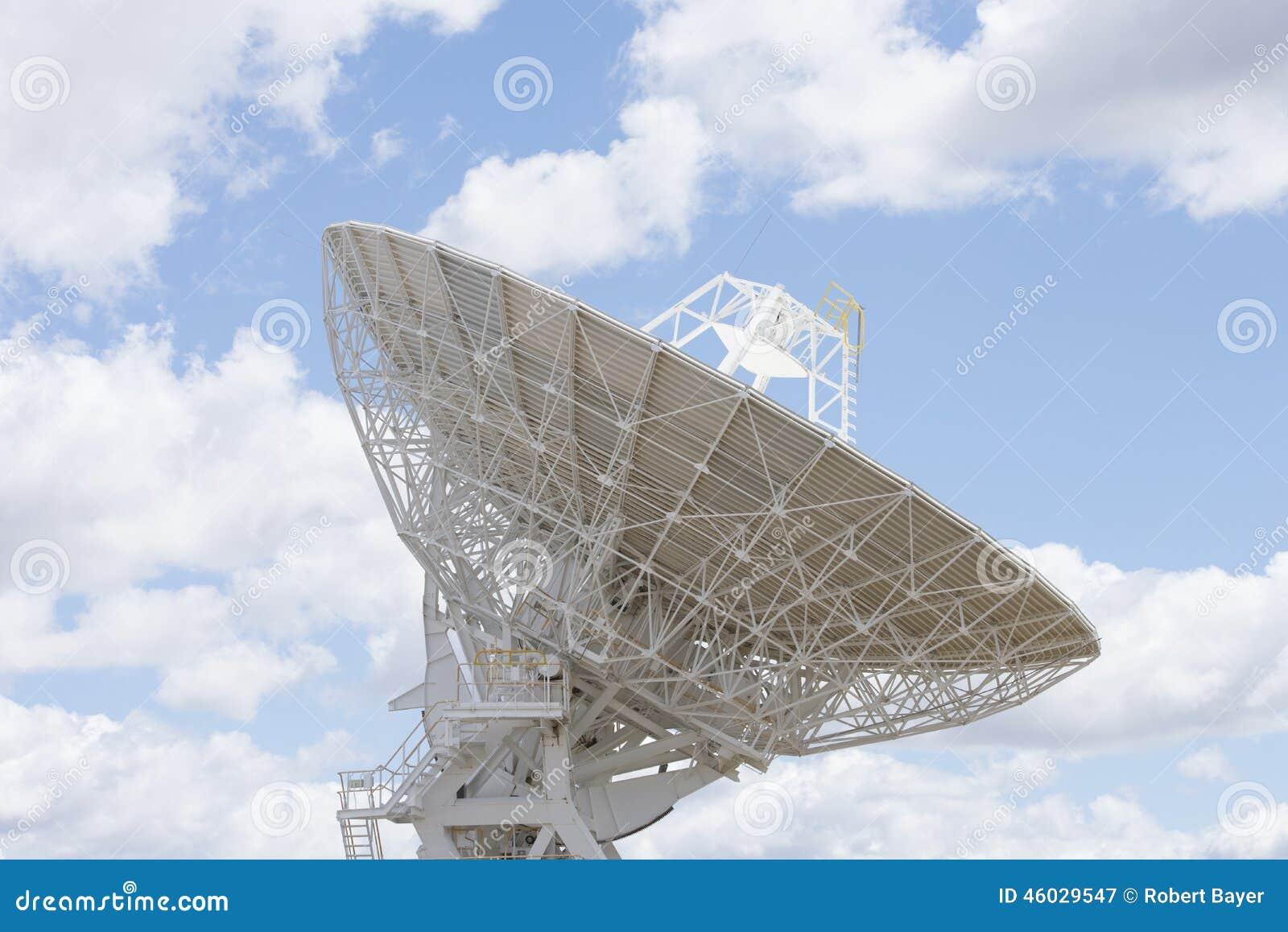 Plato del telescopio astronómico con el cielo azul