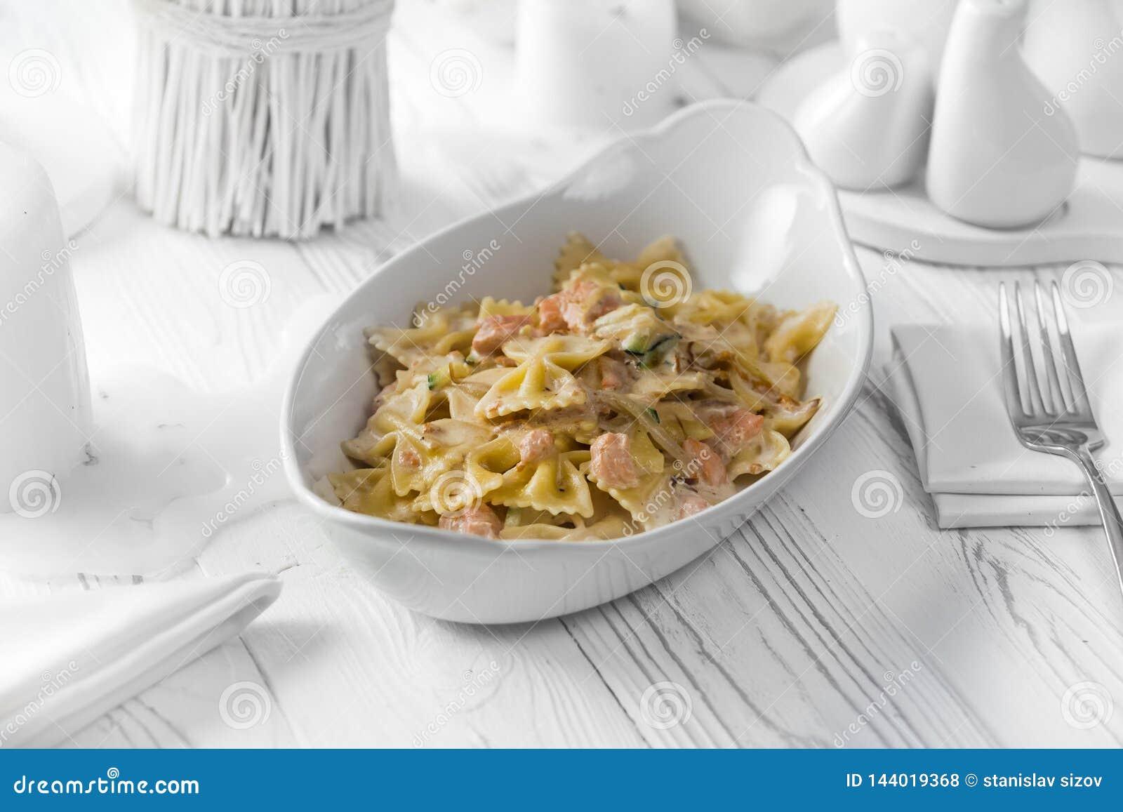 Plato delicioso de las pastas con la carne y el queso