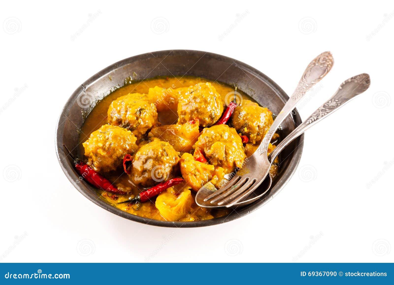 Plato tradicional de Tajine de las albóndigas amarillas del curry