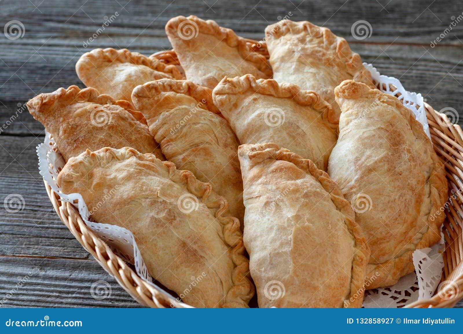 Plato vegetariano: empanadas en una cesta, primer de la patata
