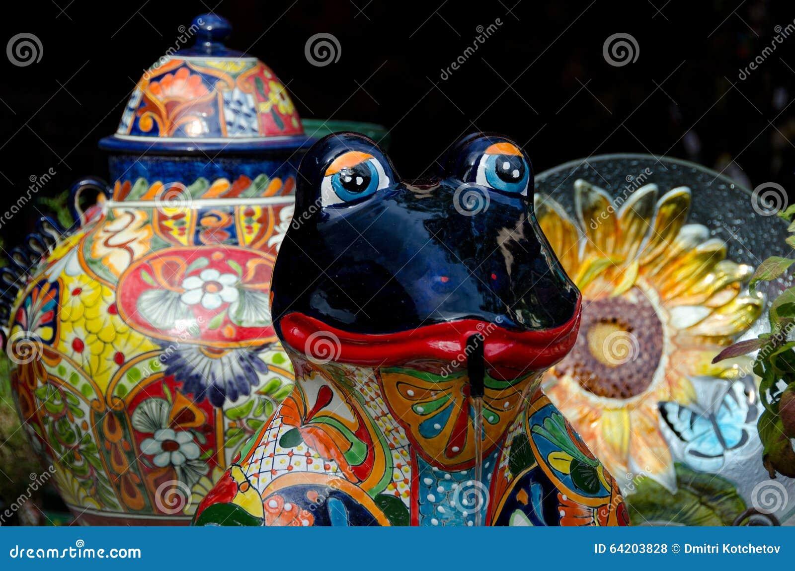 Platos de cerámica y rana en el mercado en ciudad vieja