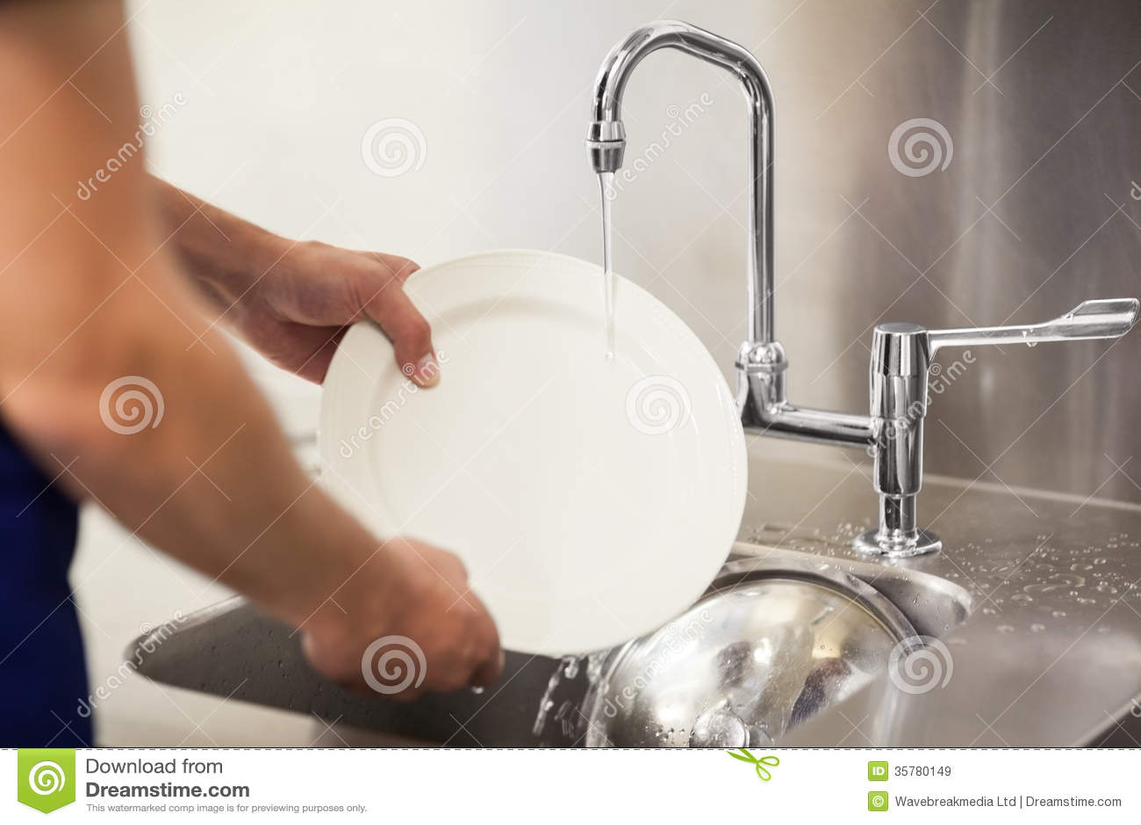 Plats blancs de nettoyage de portier de cuisine dans l évier
