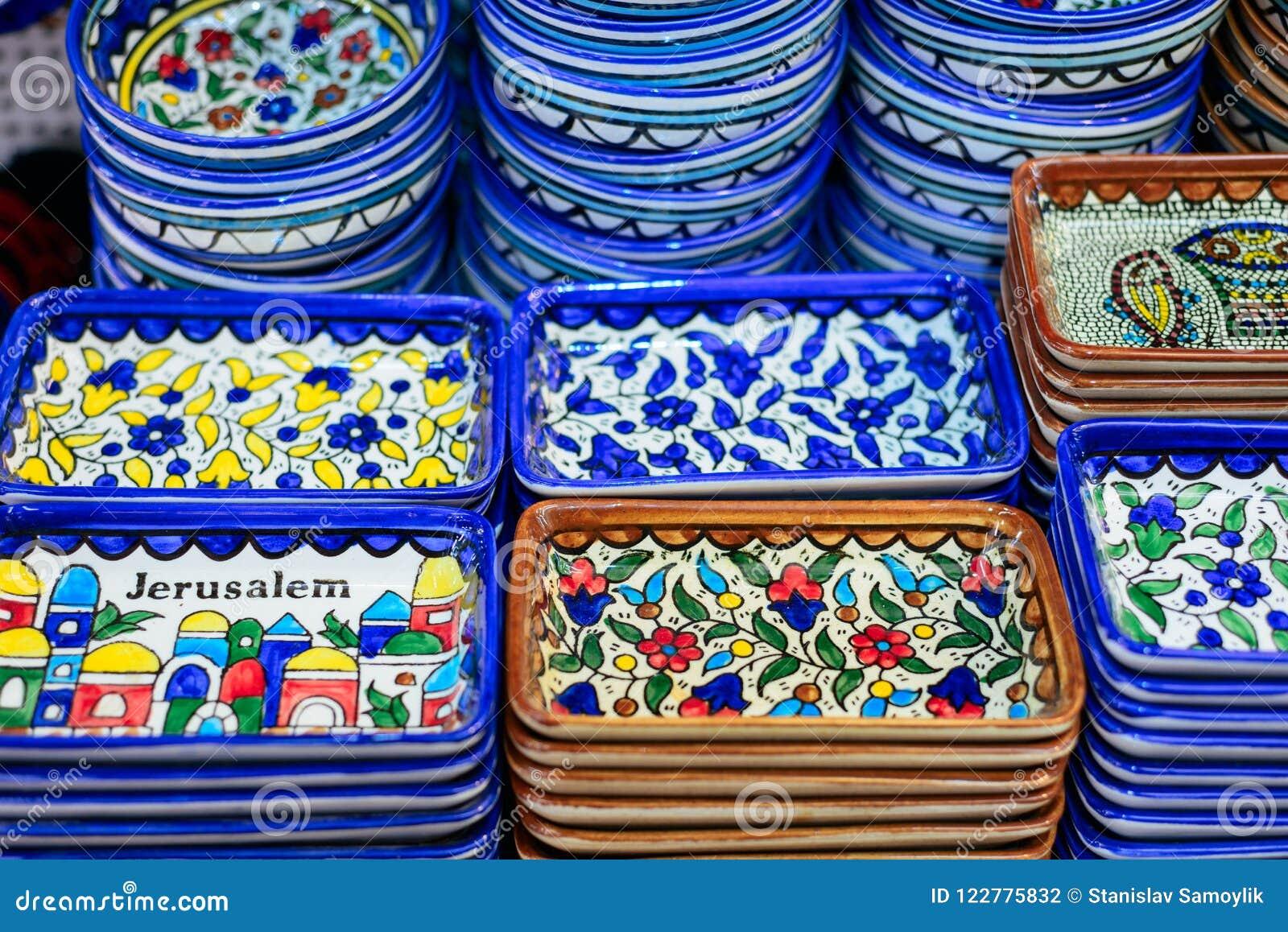 Plats en céramique et d autres souvenirs à vendre sur baazar arabe situé à l intérieur des murs du vieux CIT