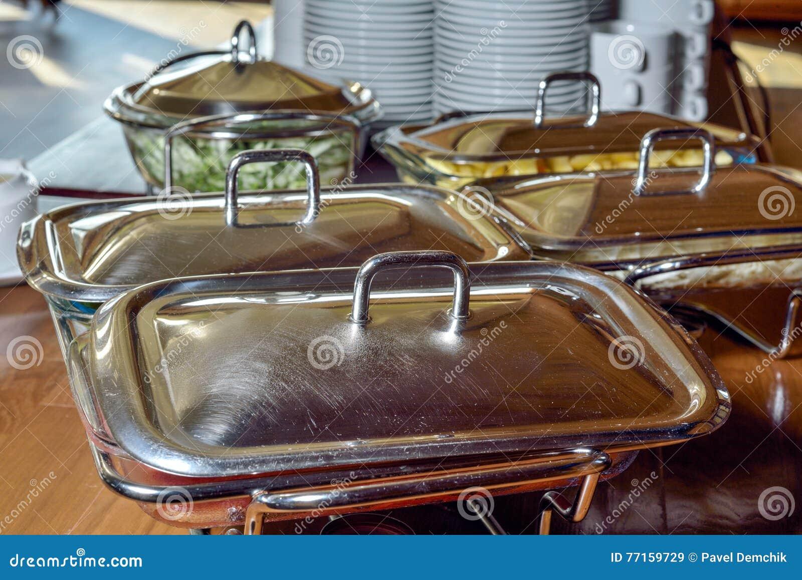 Plats en métal sur une table dans le restaurant