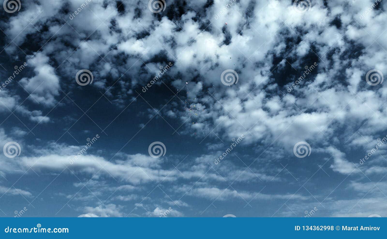 Plats för blå himmel och moln