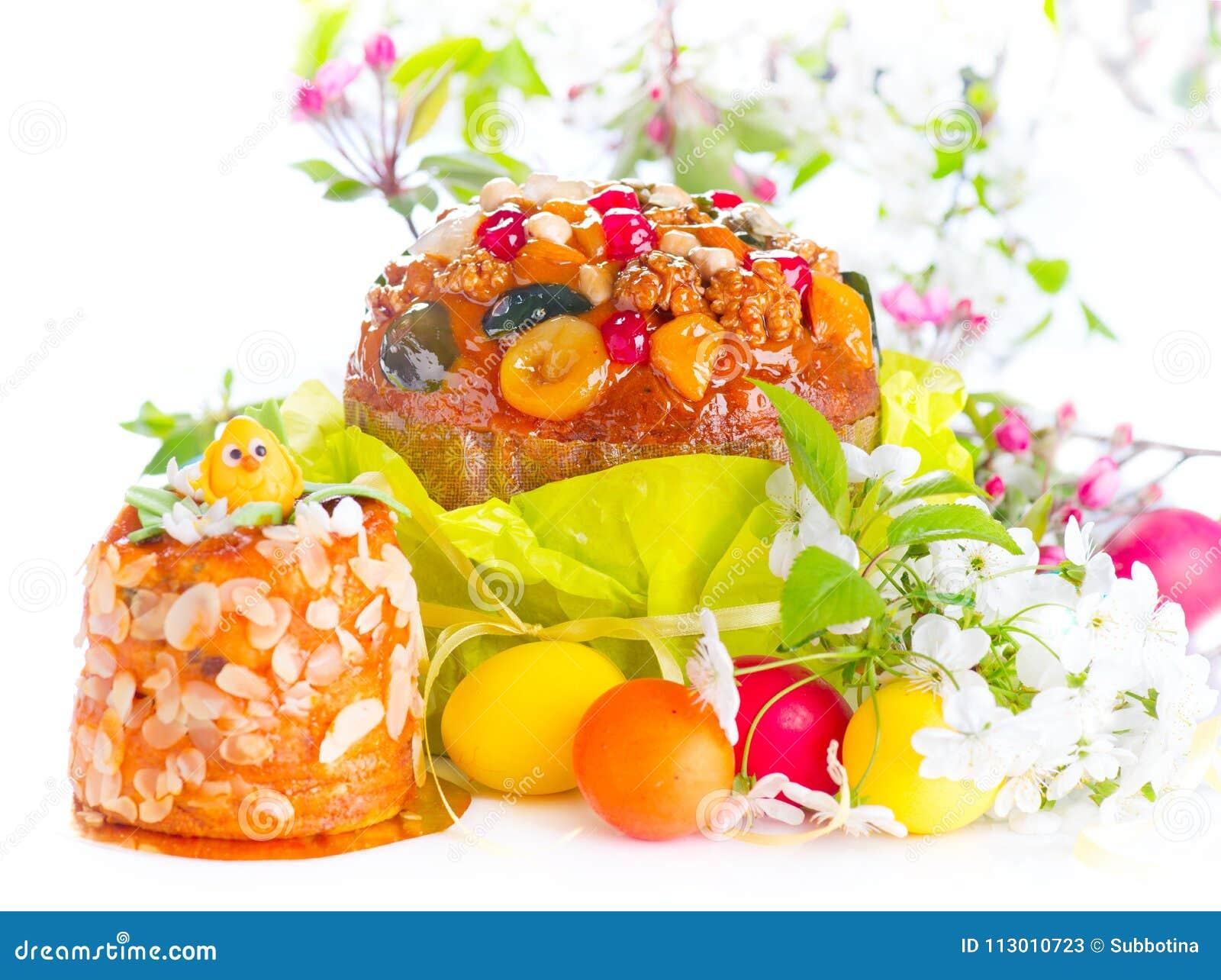 Plats för kanineaster äng Traditionell kaka och färgrika målade ägg Design för påskferiegräns som isoleras på en vit bakgrund