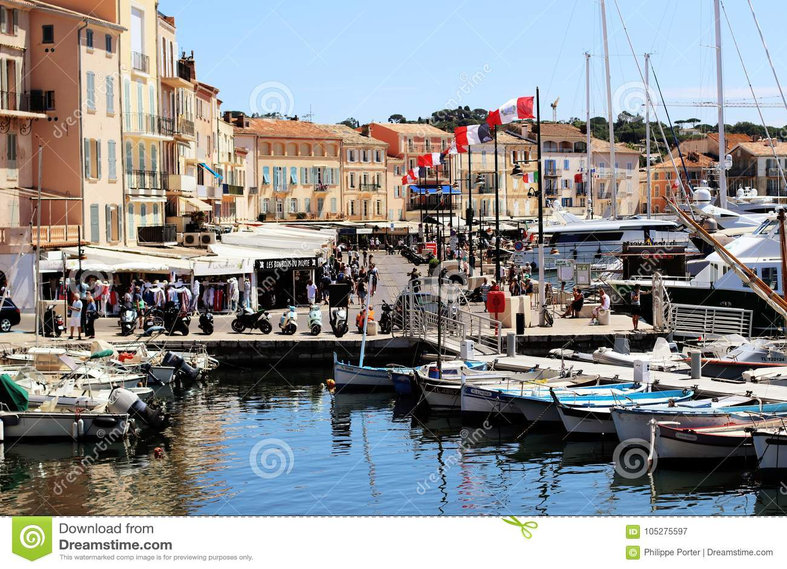 Plats för Saint Tropez gammal hamngata i sommar