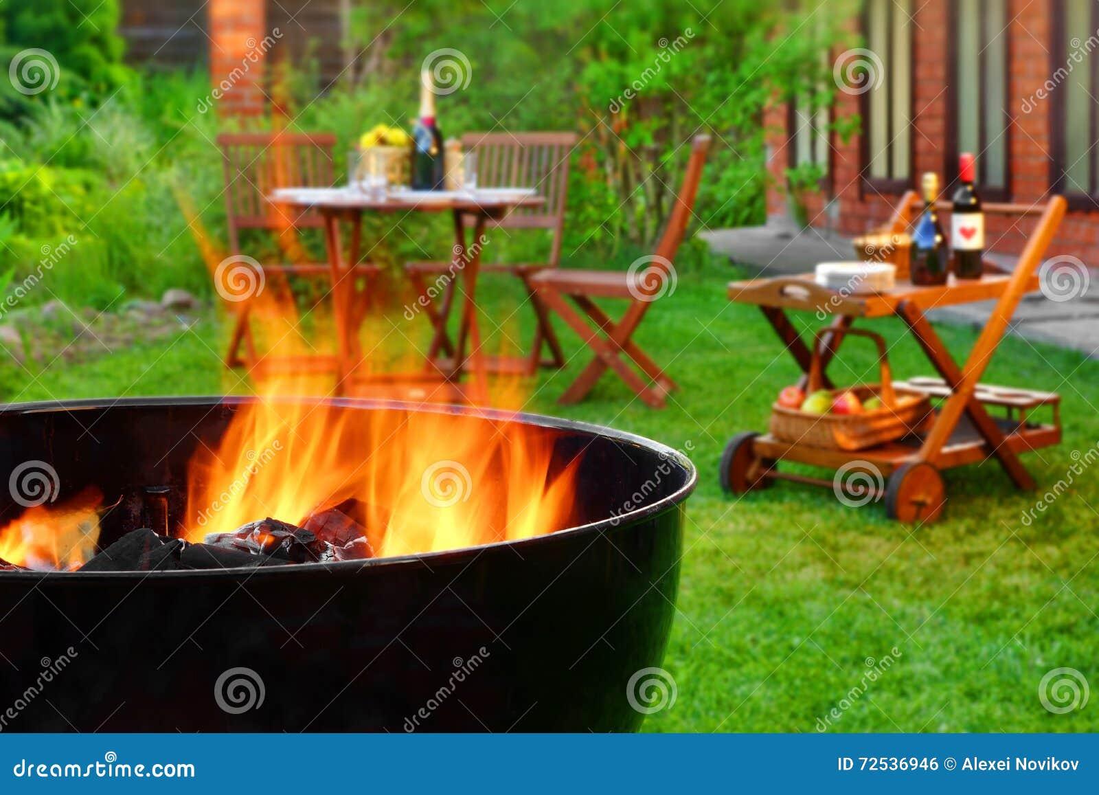 Plats för sommarhelgBBQ med gallret på trädgårdträdgården