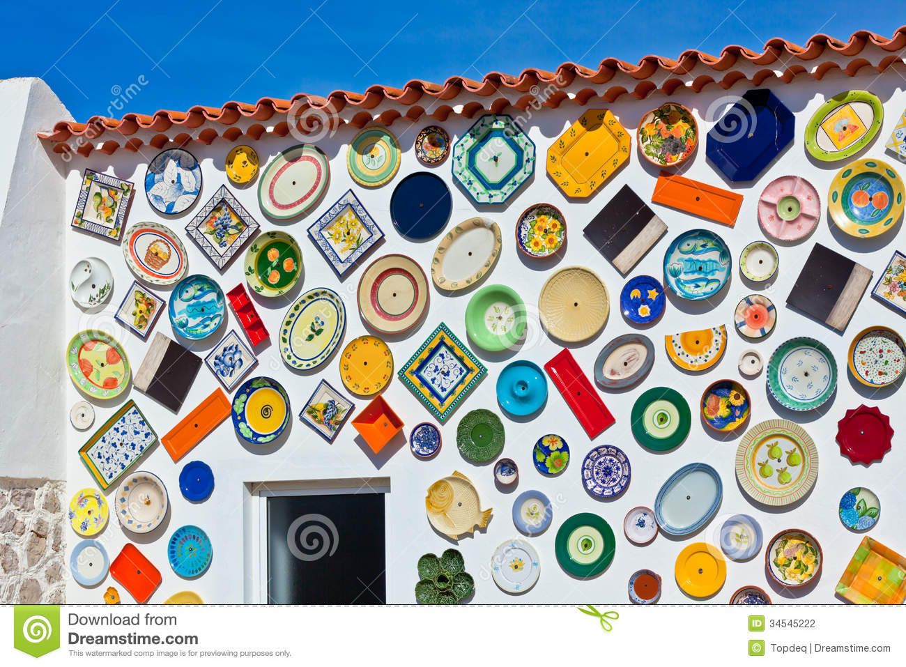 Plats Portugais Traditionnels De Poterie Sur Un Mur Photo