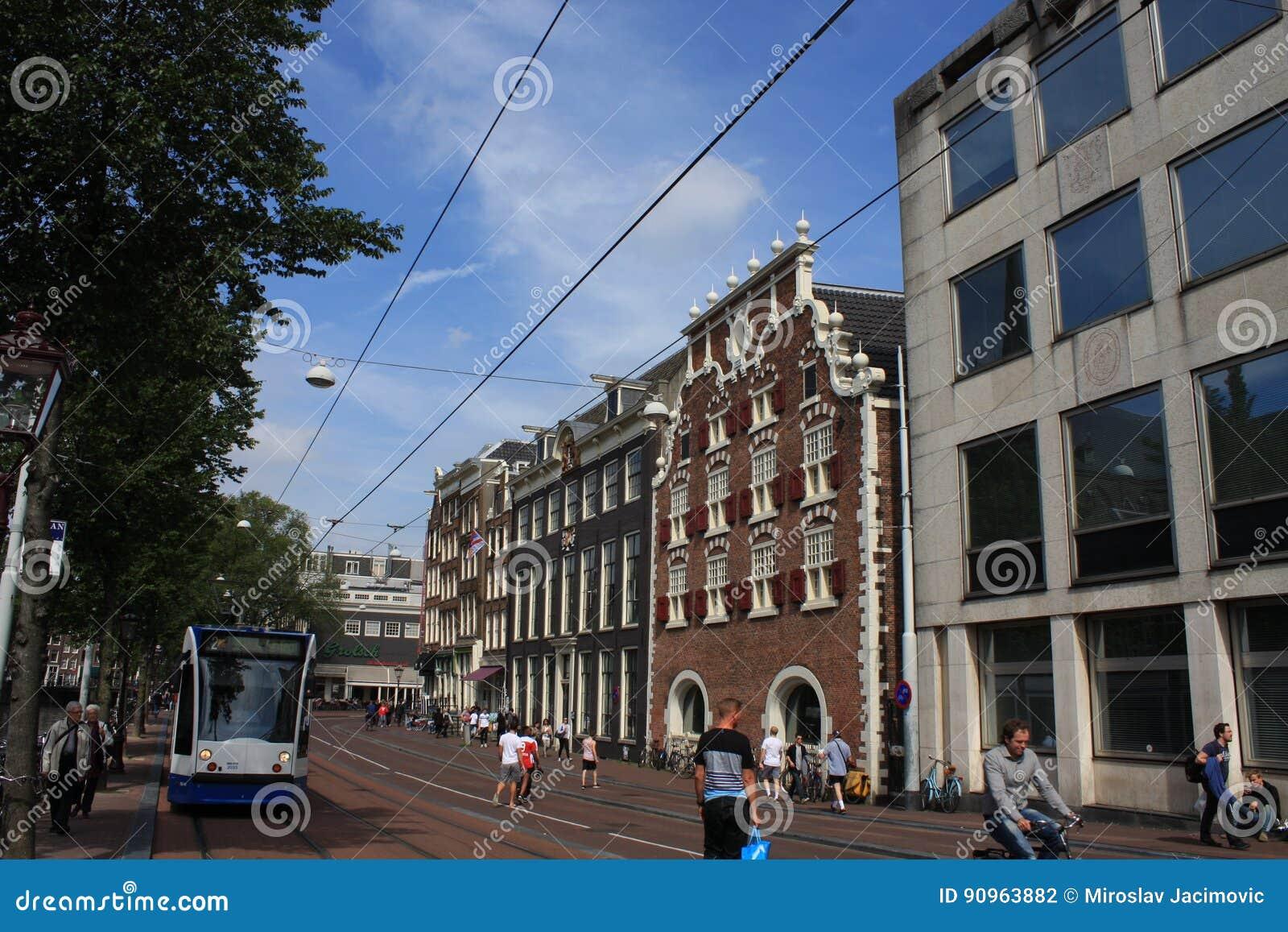 Platsen av den Amsterdam kanalen Singel med typiska holländarehus och husbåtar under morgon slösar timmen, Holland, Nederländerna