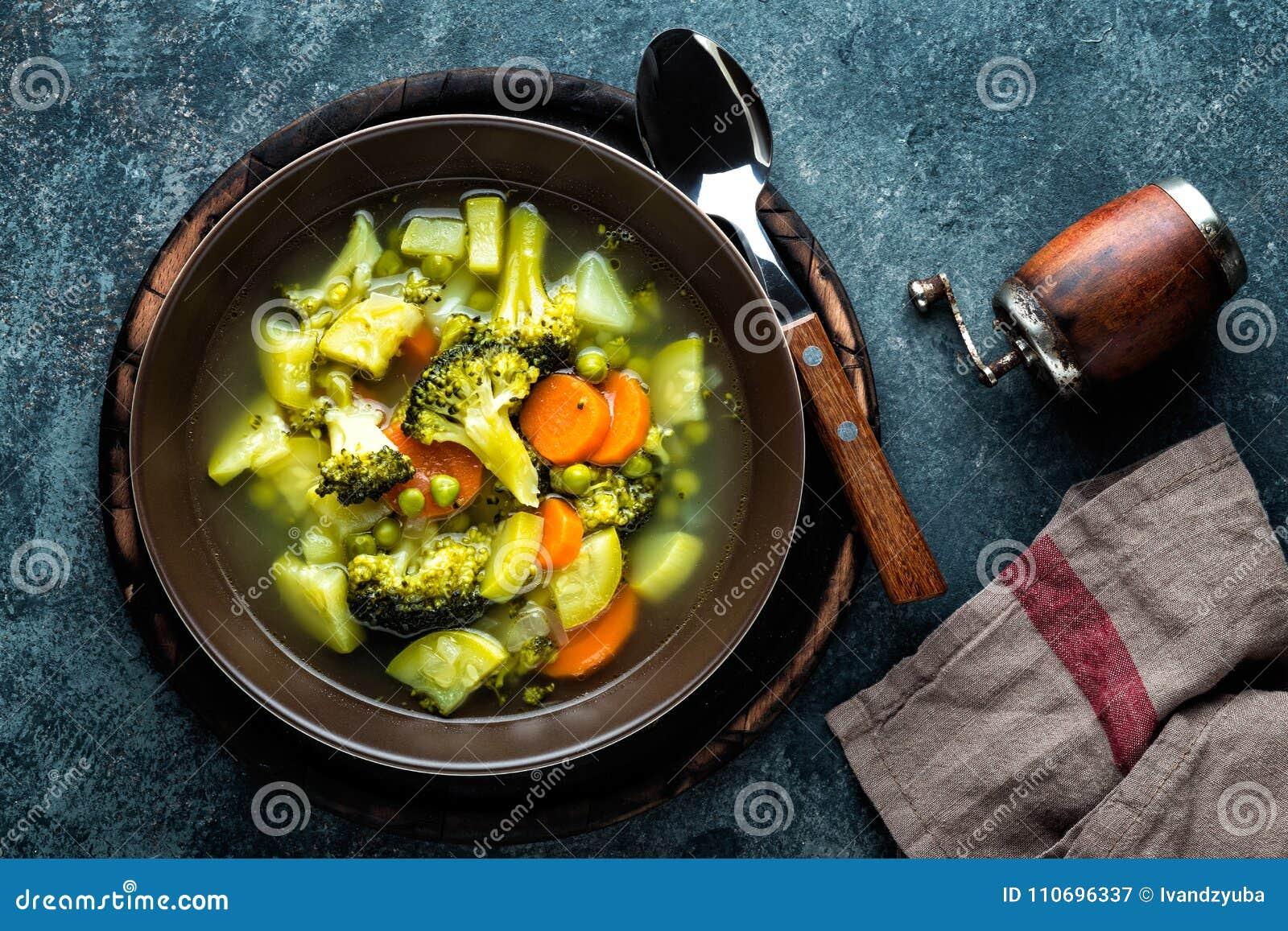 Platta av ny varm grönsaksoppa med broccoli