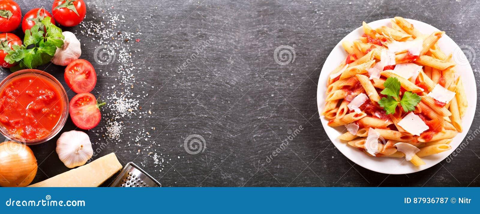 Platta av pennepasta med tomatsås och parmesan