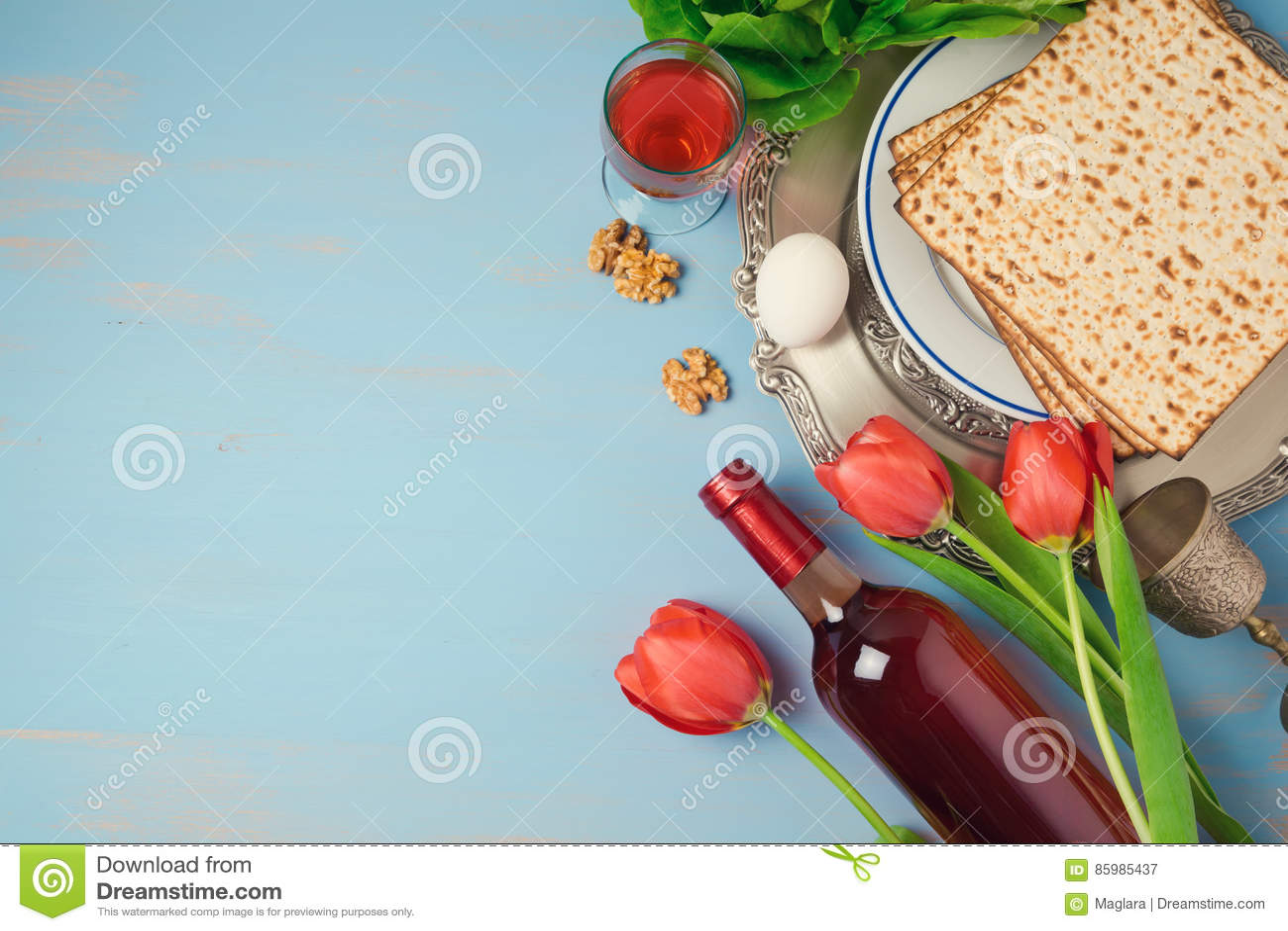 Platta för seder för påskhögtidferiebegrepp, matzoh och tulpanblommor på träbakgrund