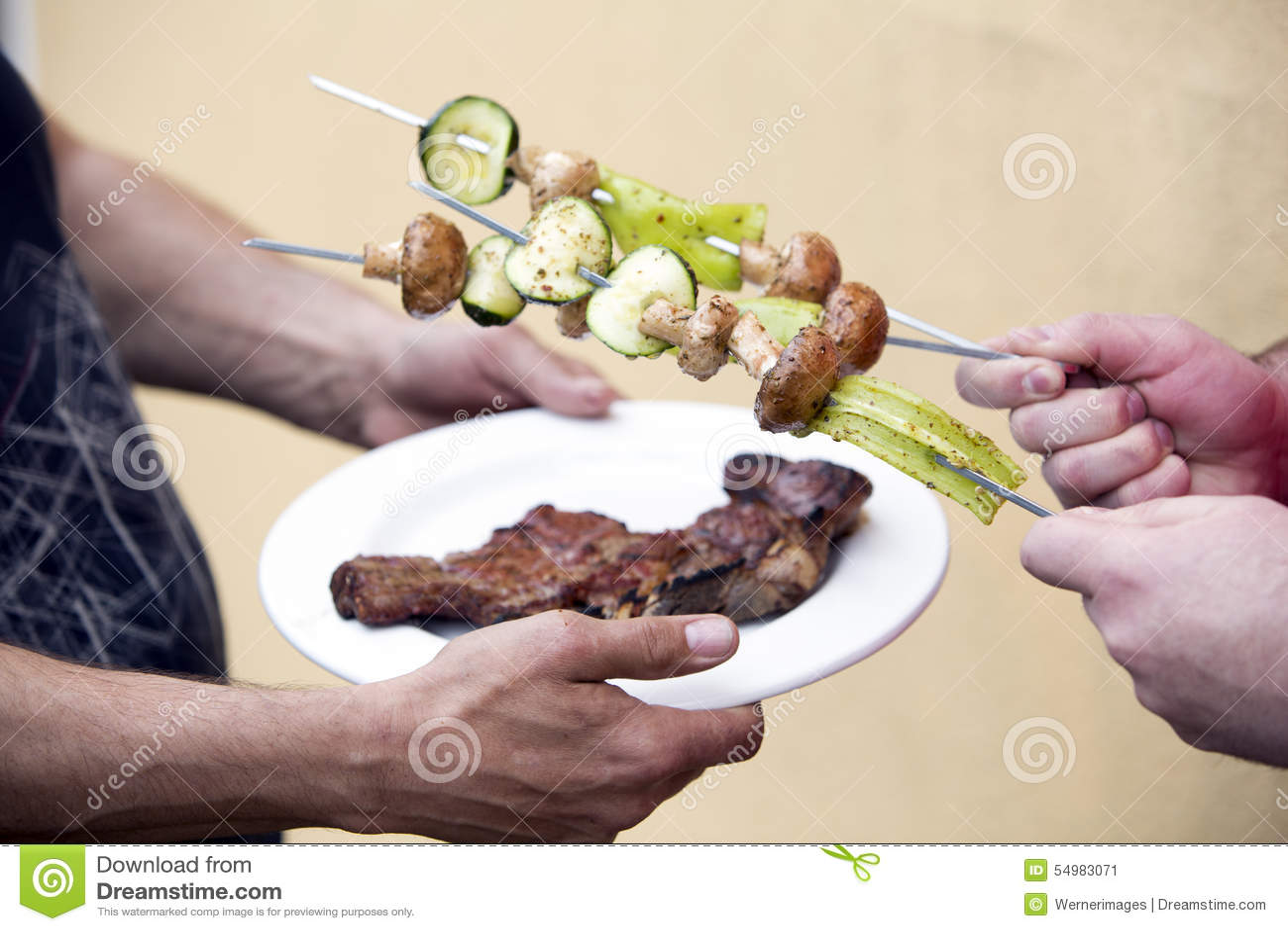 Platta med biff- och grönsaksteknålen