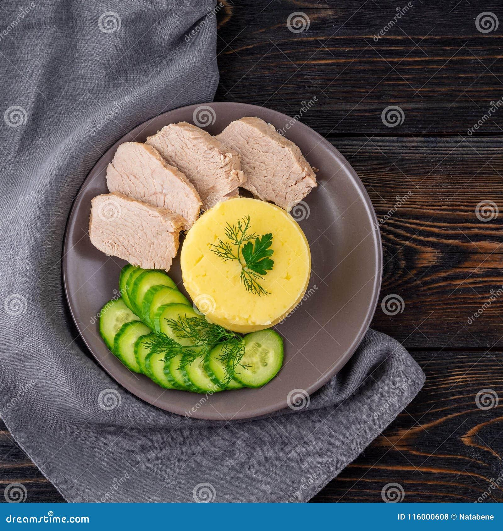 Platta med mosade potatisar, kokt kött och gurkasallad Riktigt sunt bantar för viktförlust Konvalescens bantar