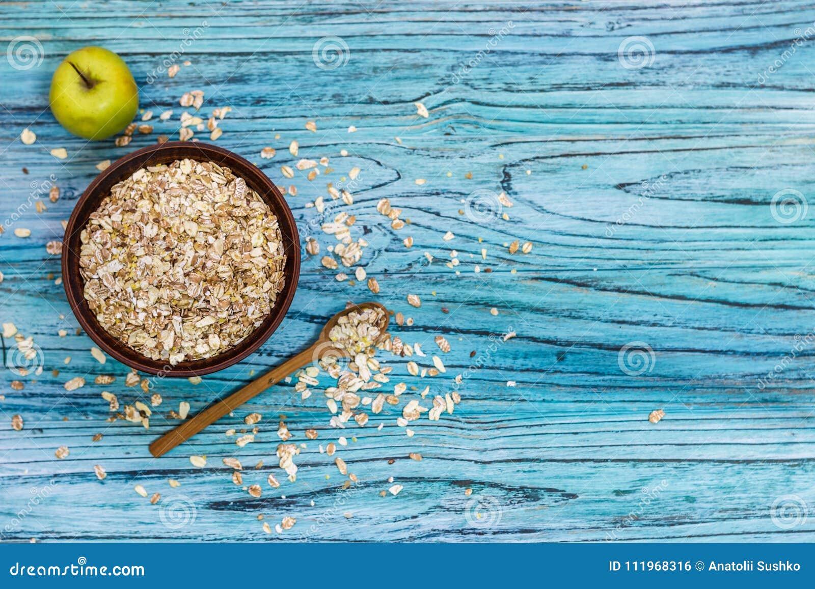Platta med mysli på en träbakgrund Sund frukostsnut