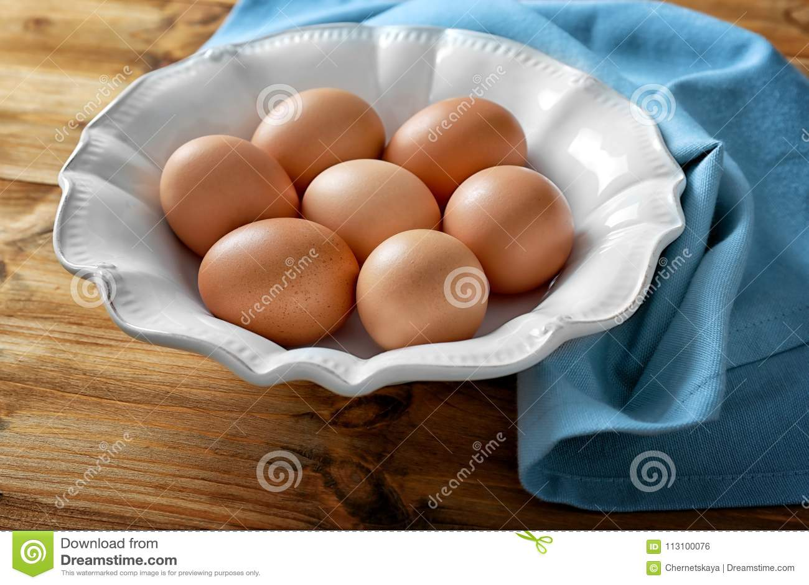 Platta med rå ägg