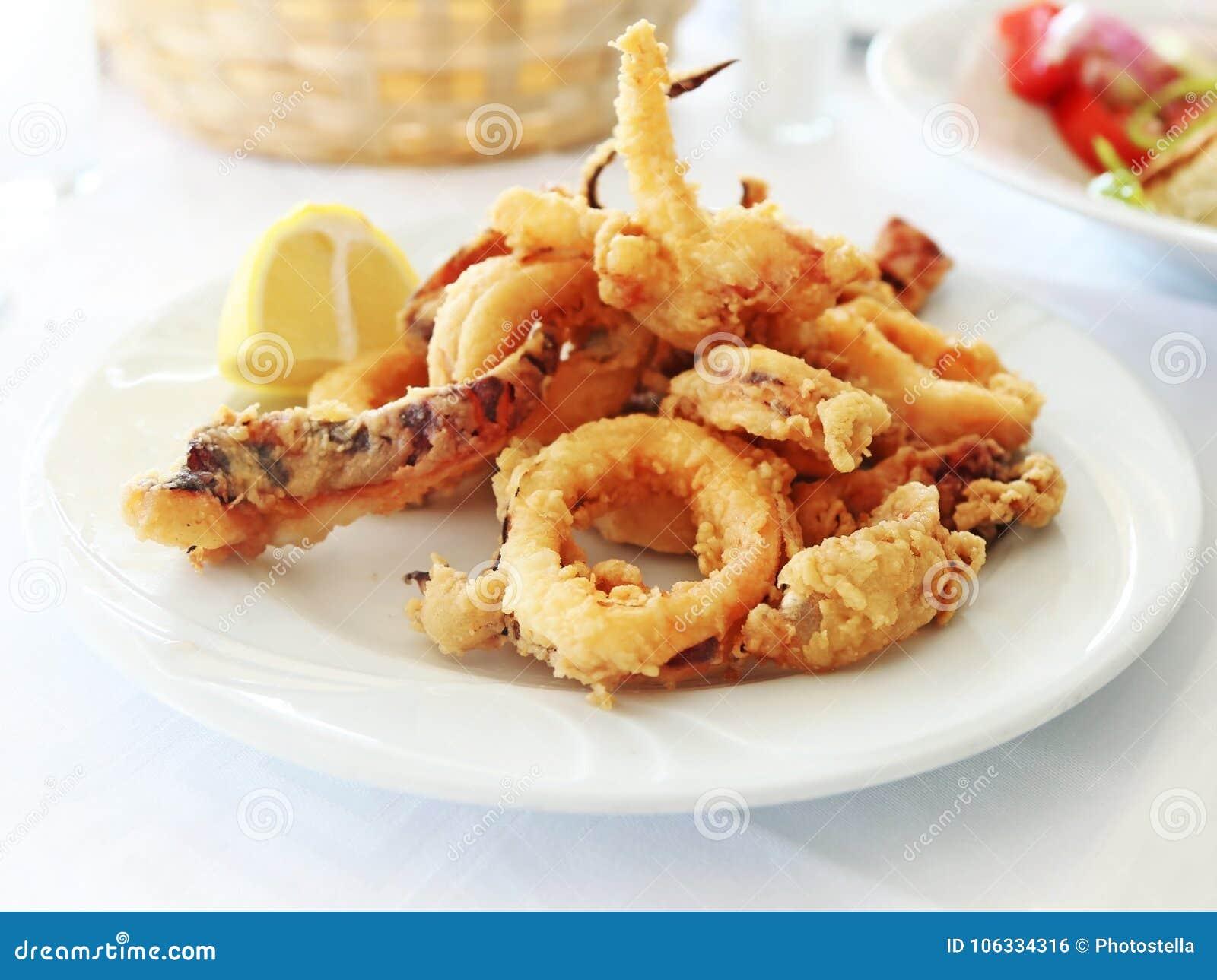 Platta med tioarmade bläckfisken på en grekisk krog
