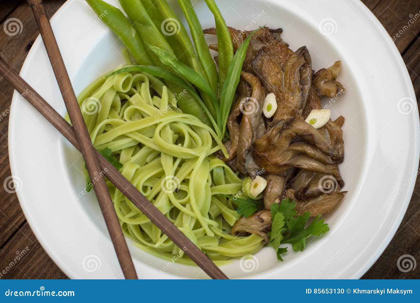 Platte Des Spaghettiteigs Mit Spinats- Und Austernpilzen ...