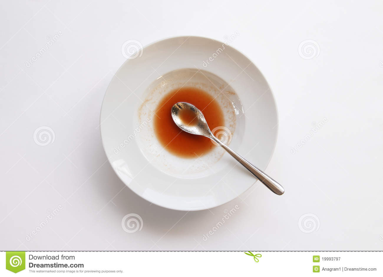 Platte mit Löffel und Resten der Suppe