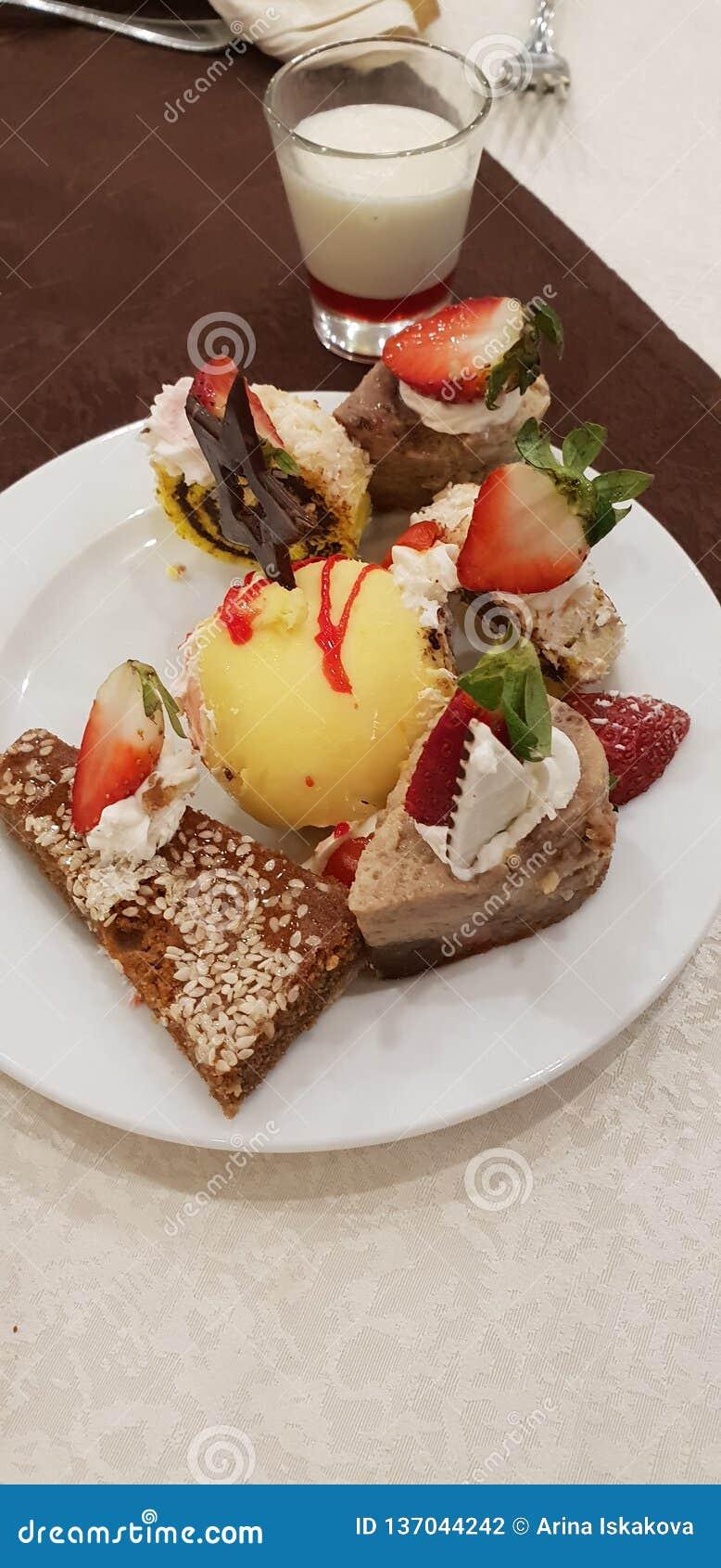 Platte mit Muffins und Kuchen
