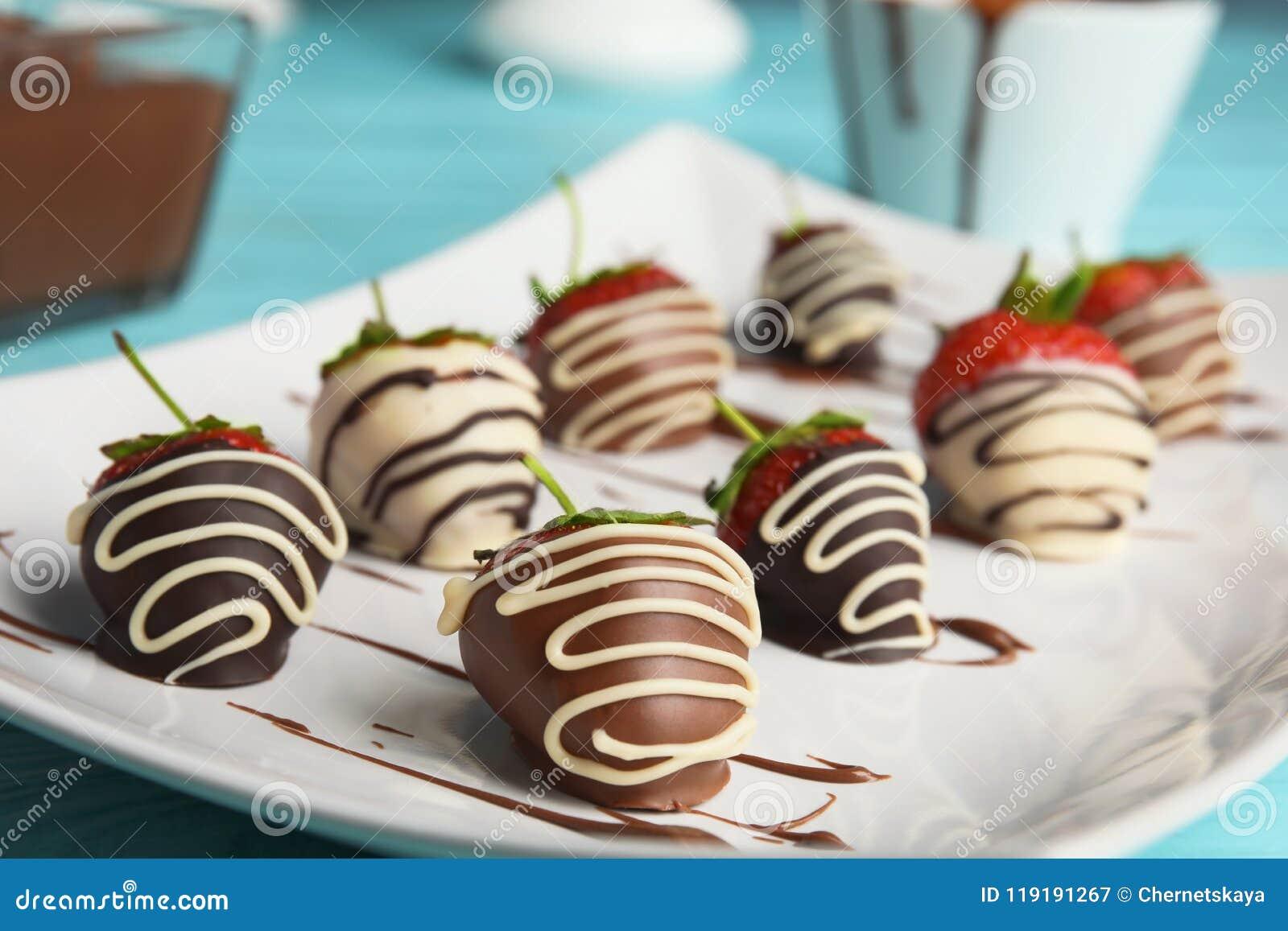 Platte mit Schokolade bedeckte Erdbeeren