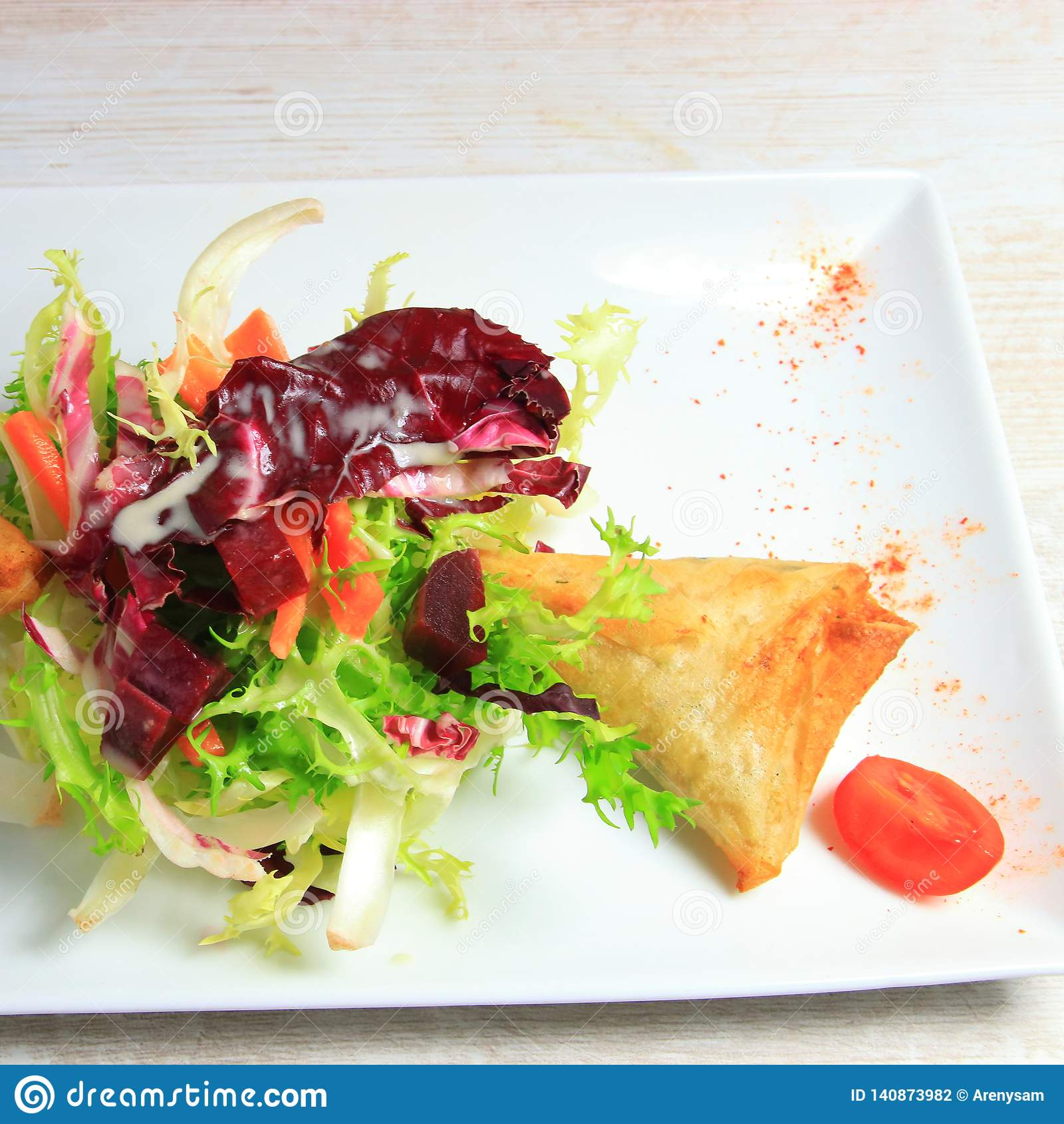 Platte von samoussa und Kopfsalatsalat