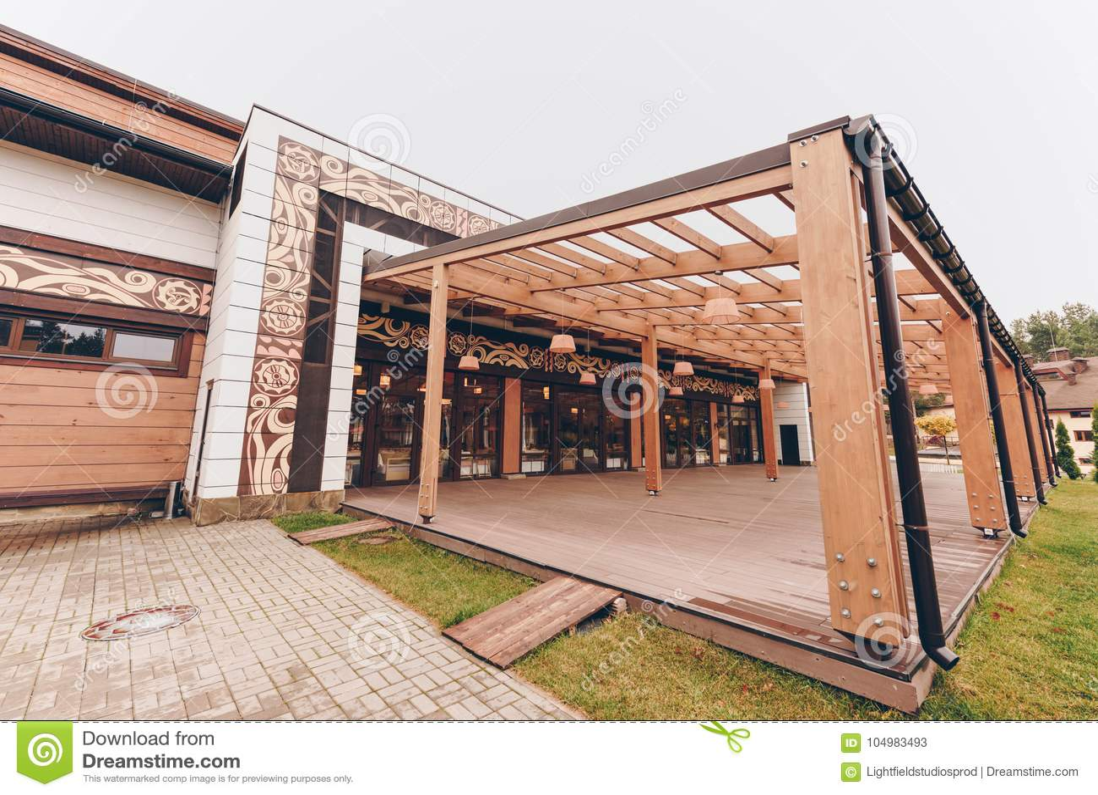 Plattelandsrestaurant met houten decoratie stock for Houten schijven decoratie