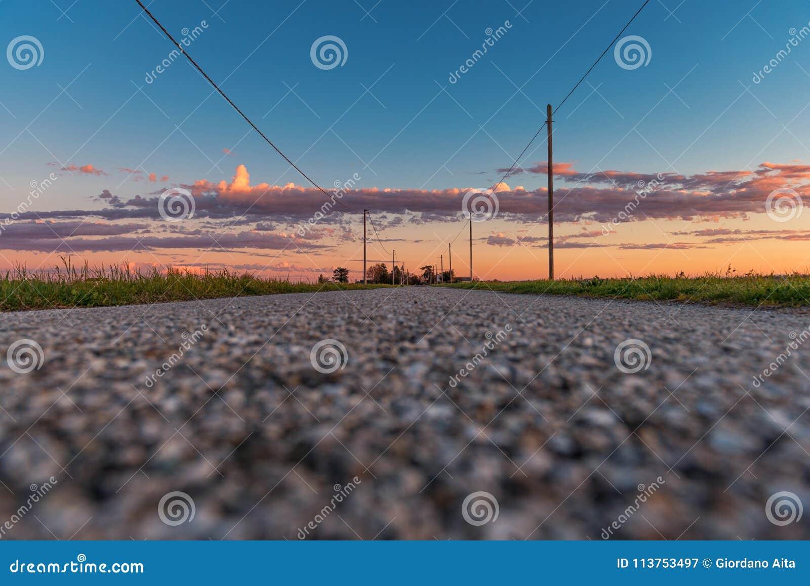 Plattelandsweg in zonsondergangtijd