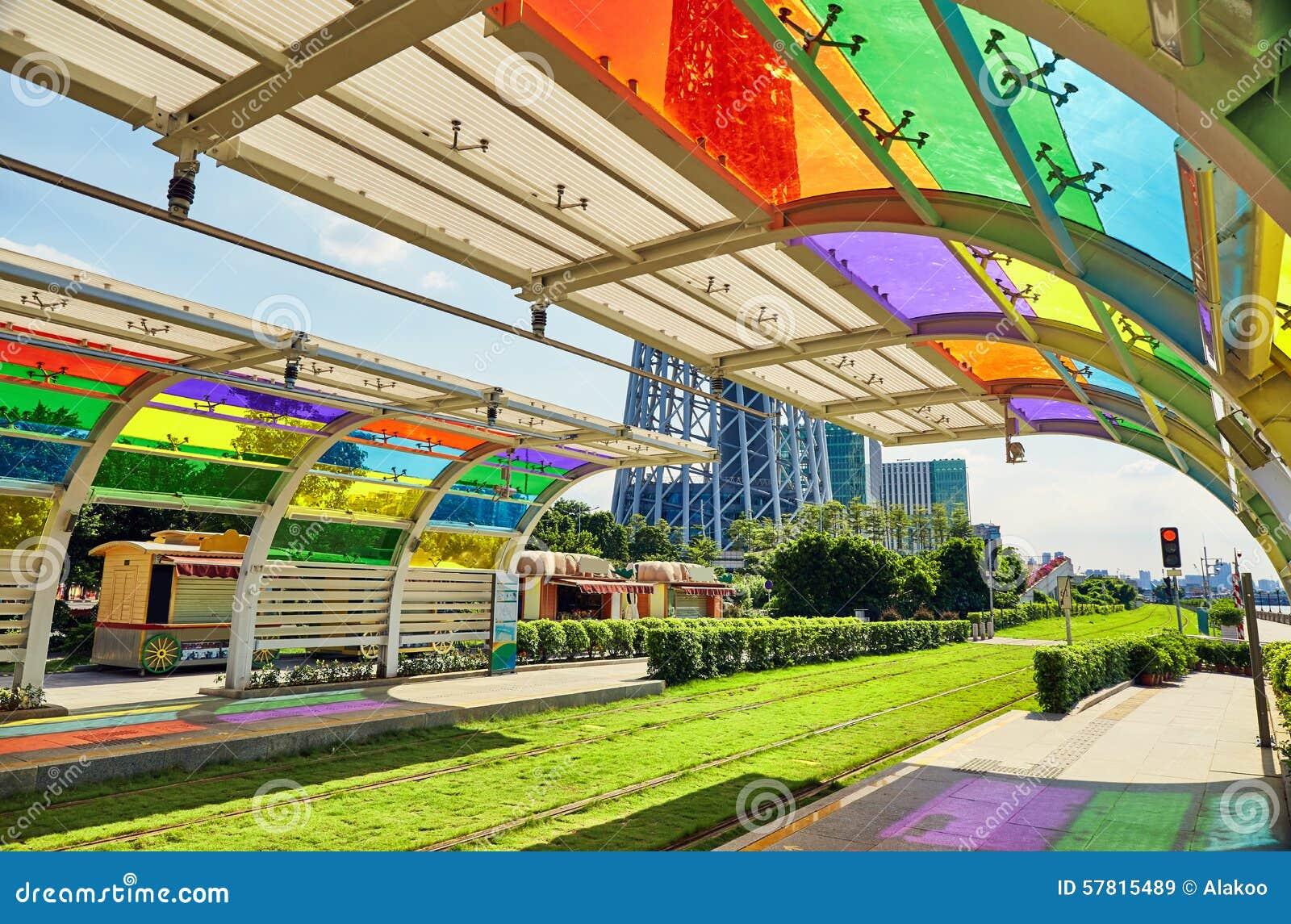 Plattform av spårvagnstationen Guangzhou