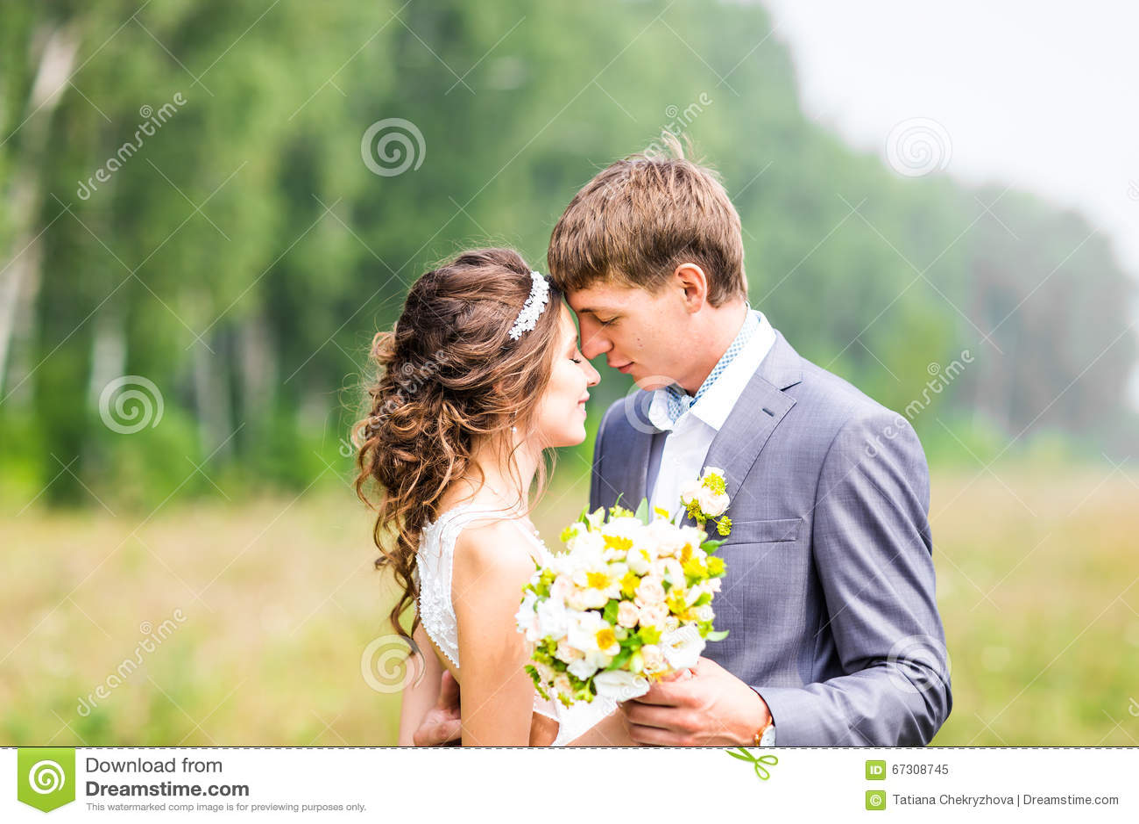Plattform bröllop för härlig för brudparmode för gräs for för brudgum kyssande binder crystal smycken för parcravaten bröllop