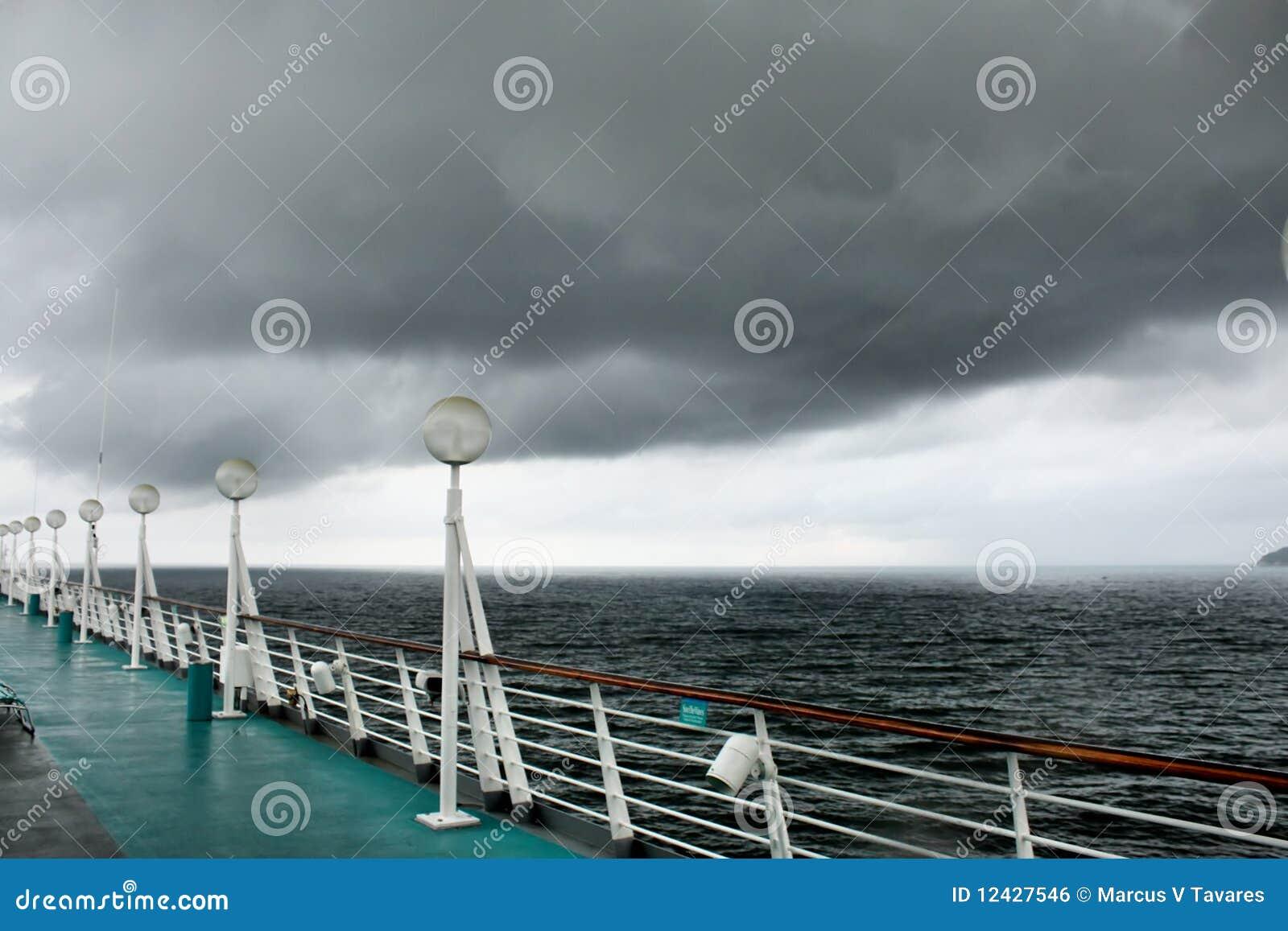 Plattform einer Reiseflugzeile Lieferung mit einem Sturmkommen
