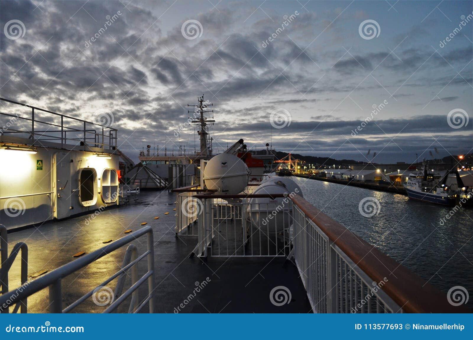 Plattform eines Frachtschiffs während des frühen Sonnenaufgangs