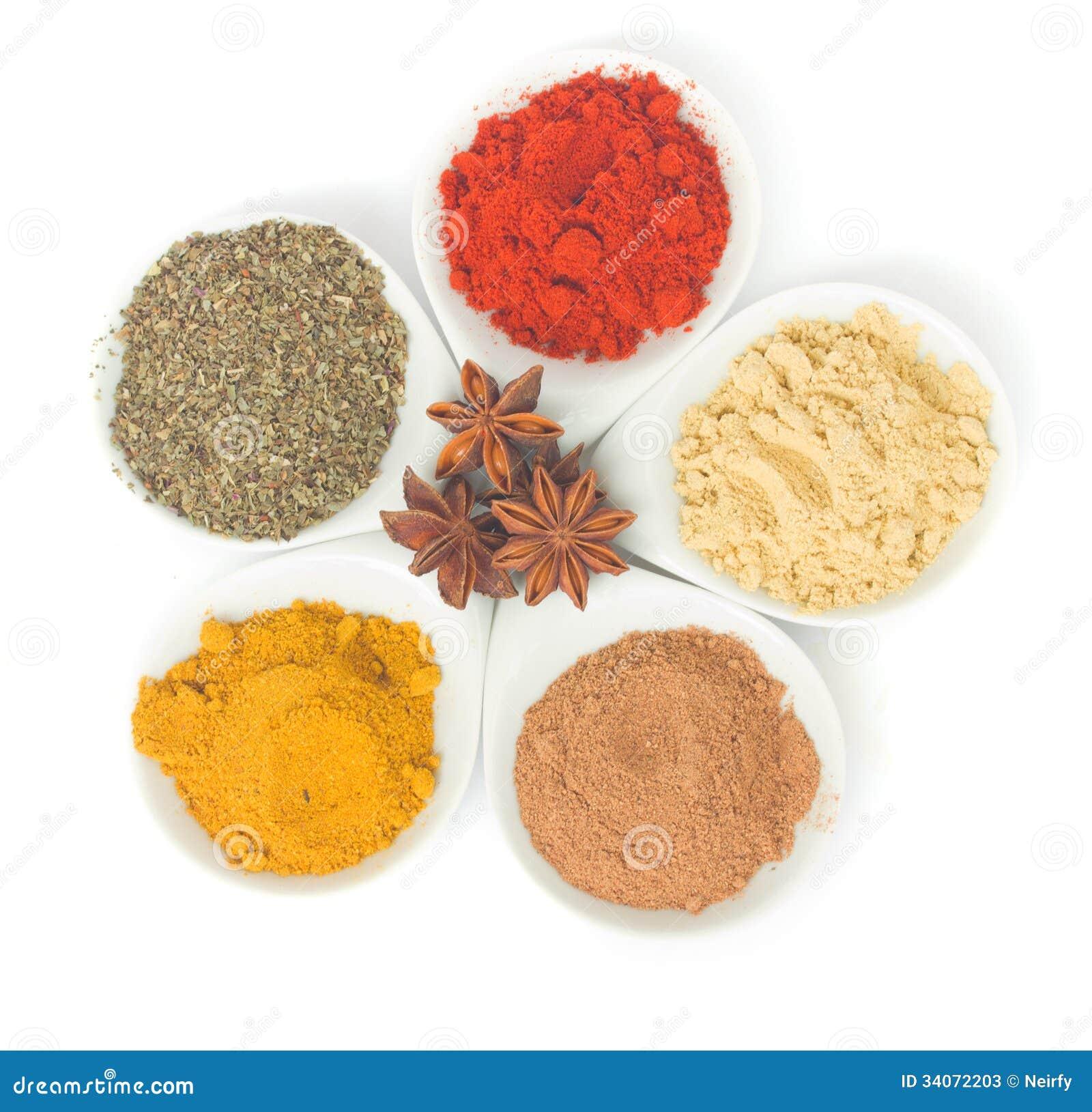 Plattor med kryddor på vit