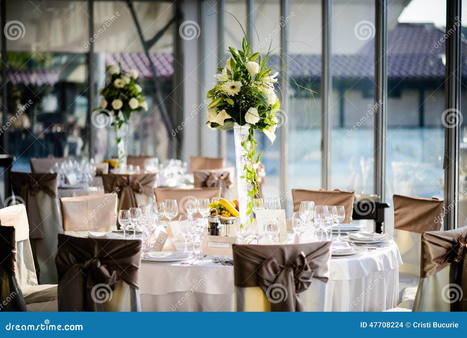 Platzieren Sie BouquetBride der Braut und pflegen Sie Tabelle mit Blumenstrauß der Braut am Hochzeitsempfang