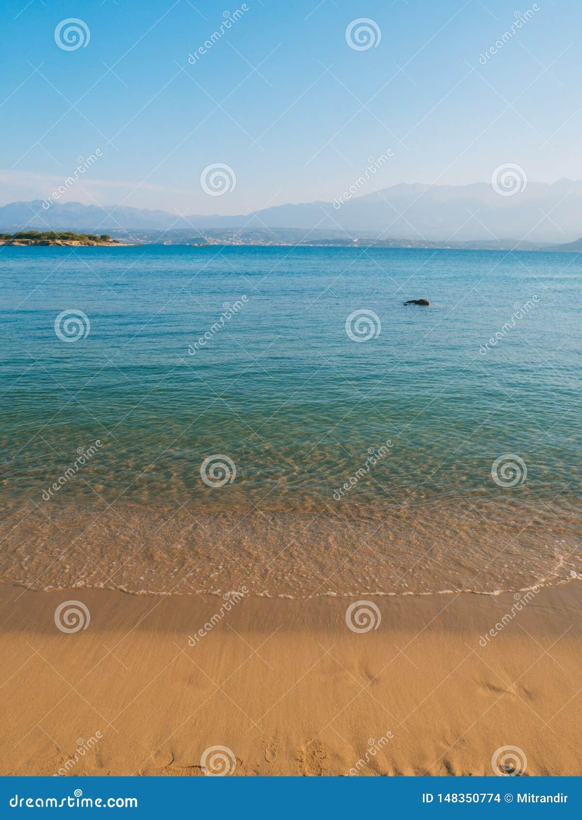 Playa arenosa hermosa, mar azul claro y atm?sfera de relajaci?n