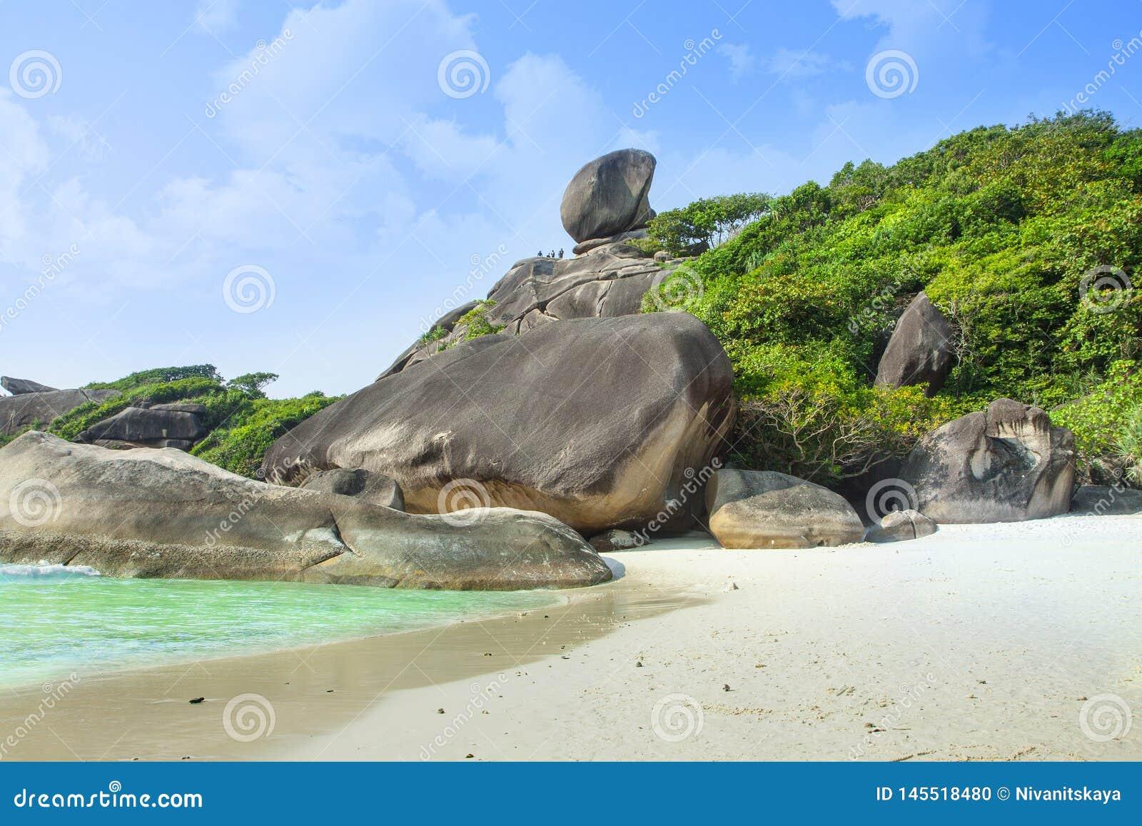 Playa blanca de la arena, laguna del para?so Isla en el oc?ano Paisaje marino con agua azul, la roca, las piedras grandes y el bo