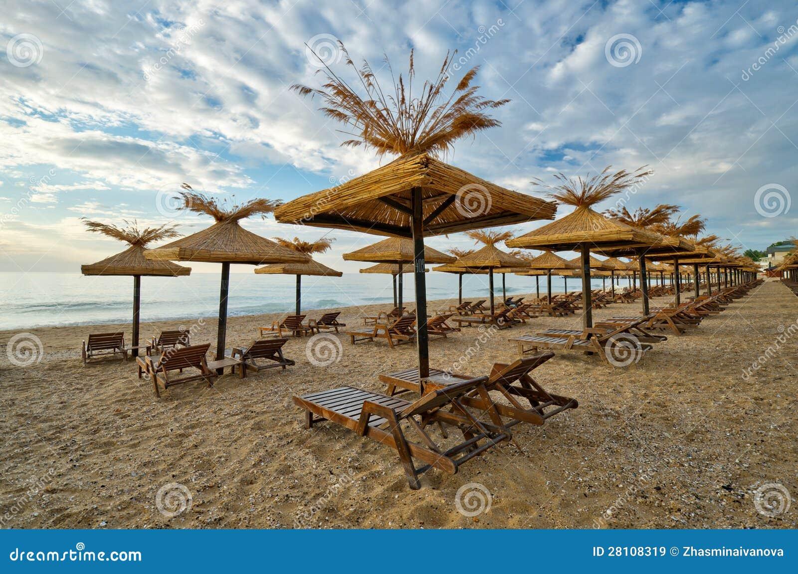 Playa con las sombrillas de madera imagen de archivo for Sombrillas de madera para jardin